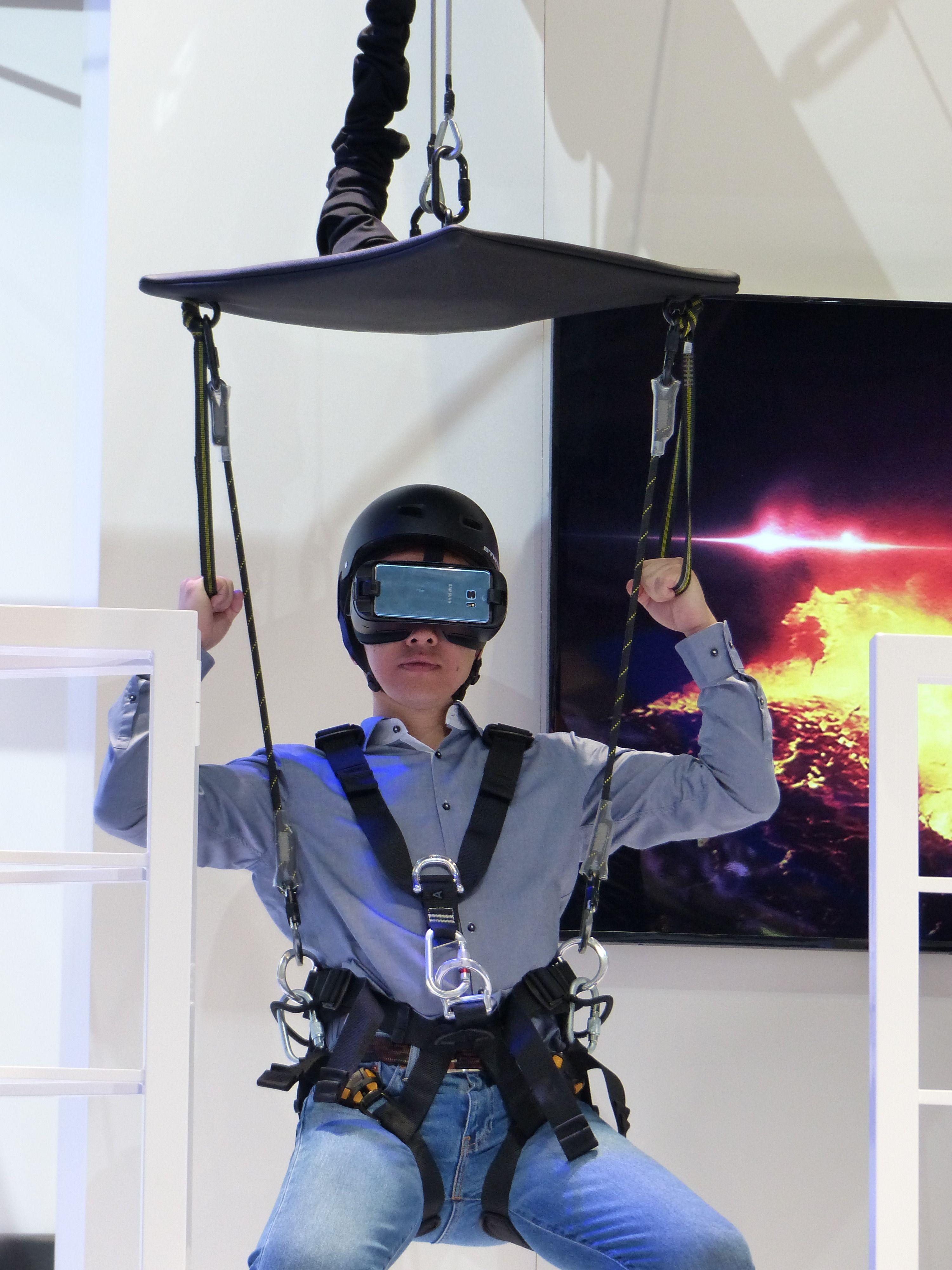 Hengende i en line blir du sluppet ned i en vulkan. Heldigvis er det bare VR.