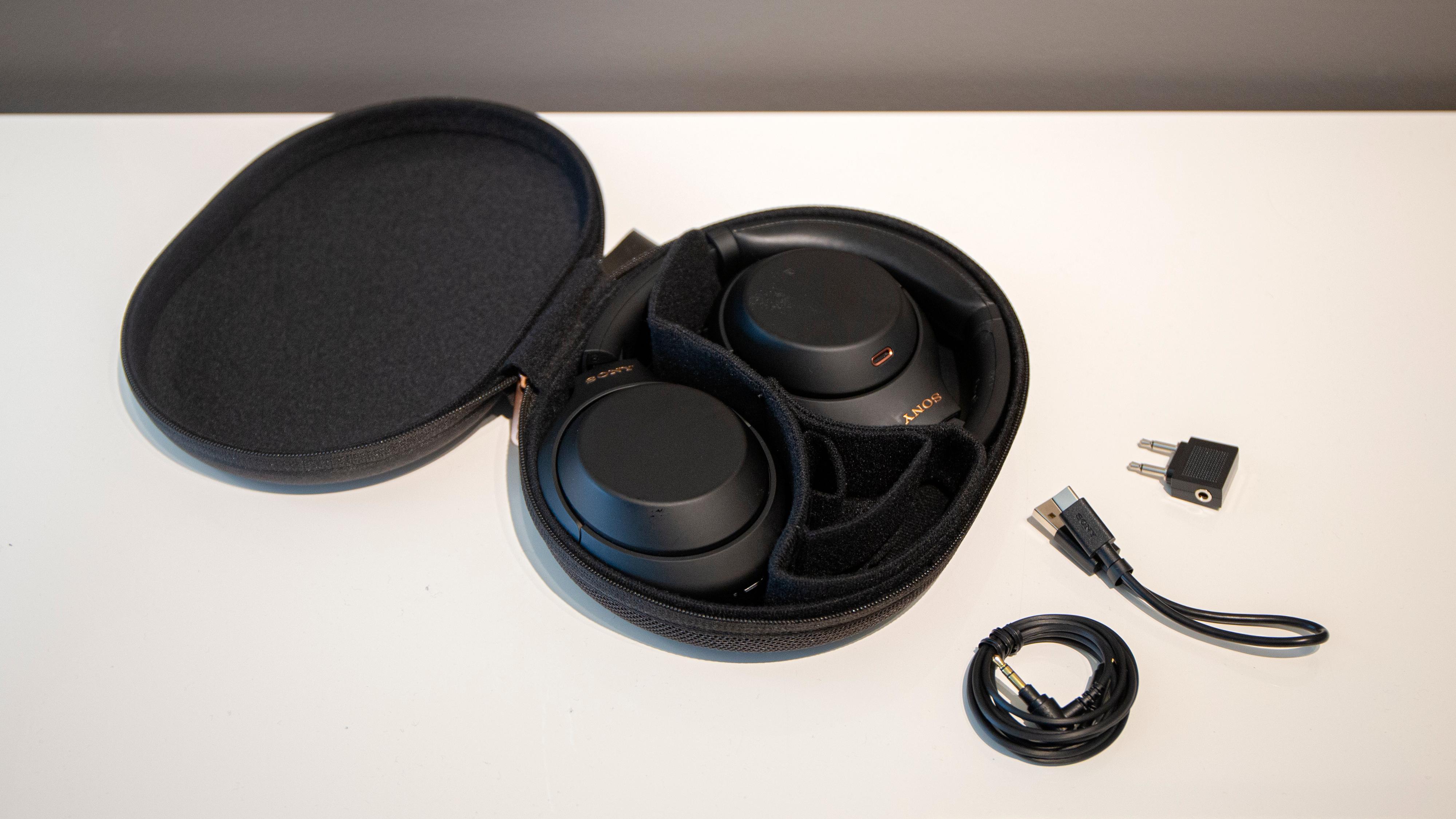 I eska finner du hodetelefonene, et bæreetui i hardplast, en flyadapter, ladekabel og minijackkabel.