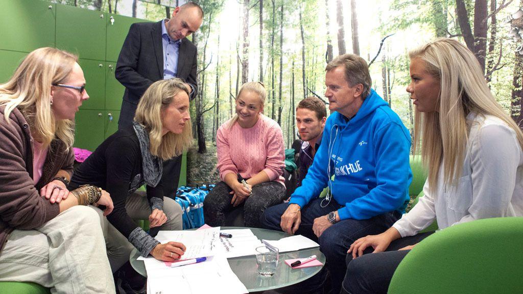 Konsernsjef Jon Fredrik Baksaas i Telenor, for anledningen i blå hettegenser, ville gjerne høre hvilke tjenester superbrukerne ønsker seg.Foto: Tor Lie