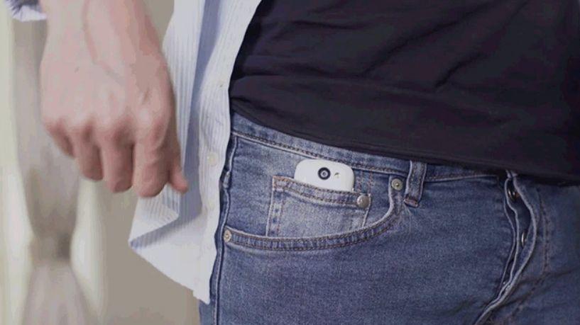 Telefonen passer fint i den lille lommen i buksen.