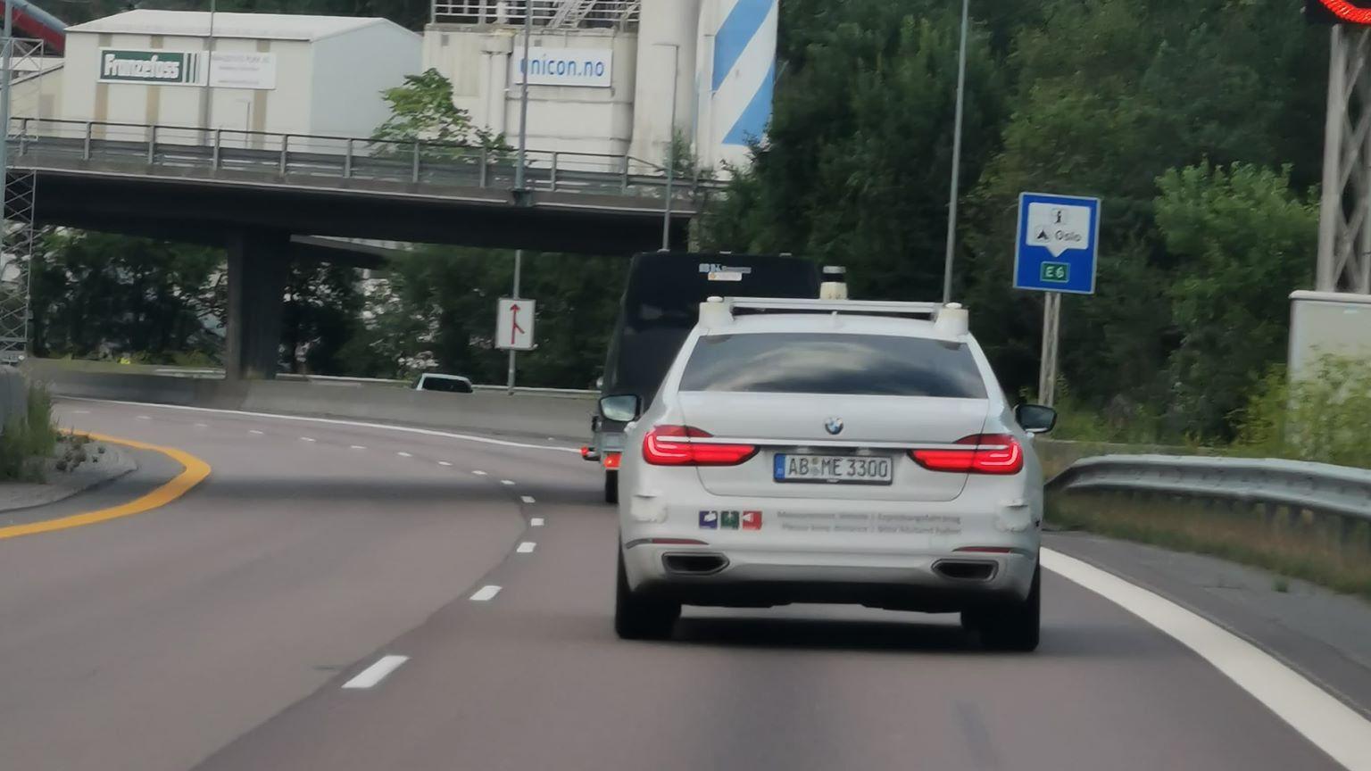 En nesten umerket BMW 7-serie proppet med sensorer har de siste dagene blitt observert på norske veier. Ifølge BMW er den én av flere selvkjørende prototyper - her til lands tester den skiltgjenkjenning.