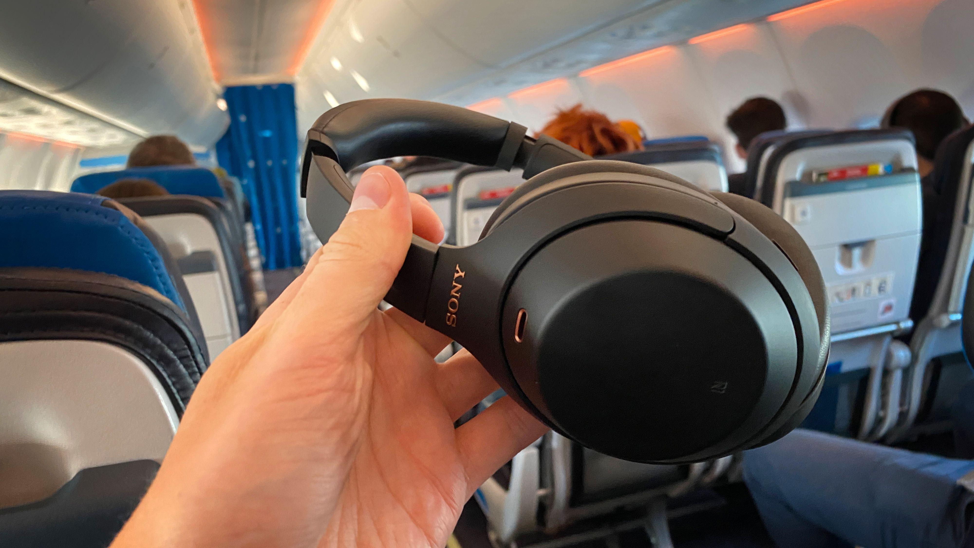 Sony WH-1000XM4 er svært kjekke å ha på fly og andre steder hvor du kan bli plaget av støy.