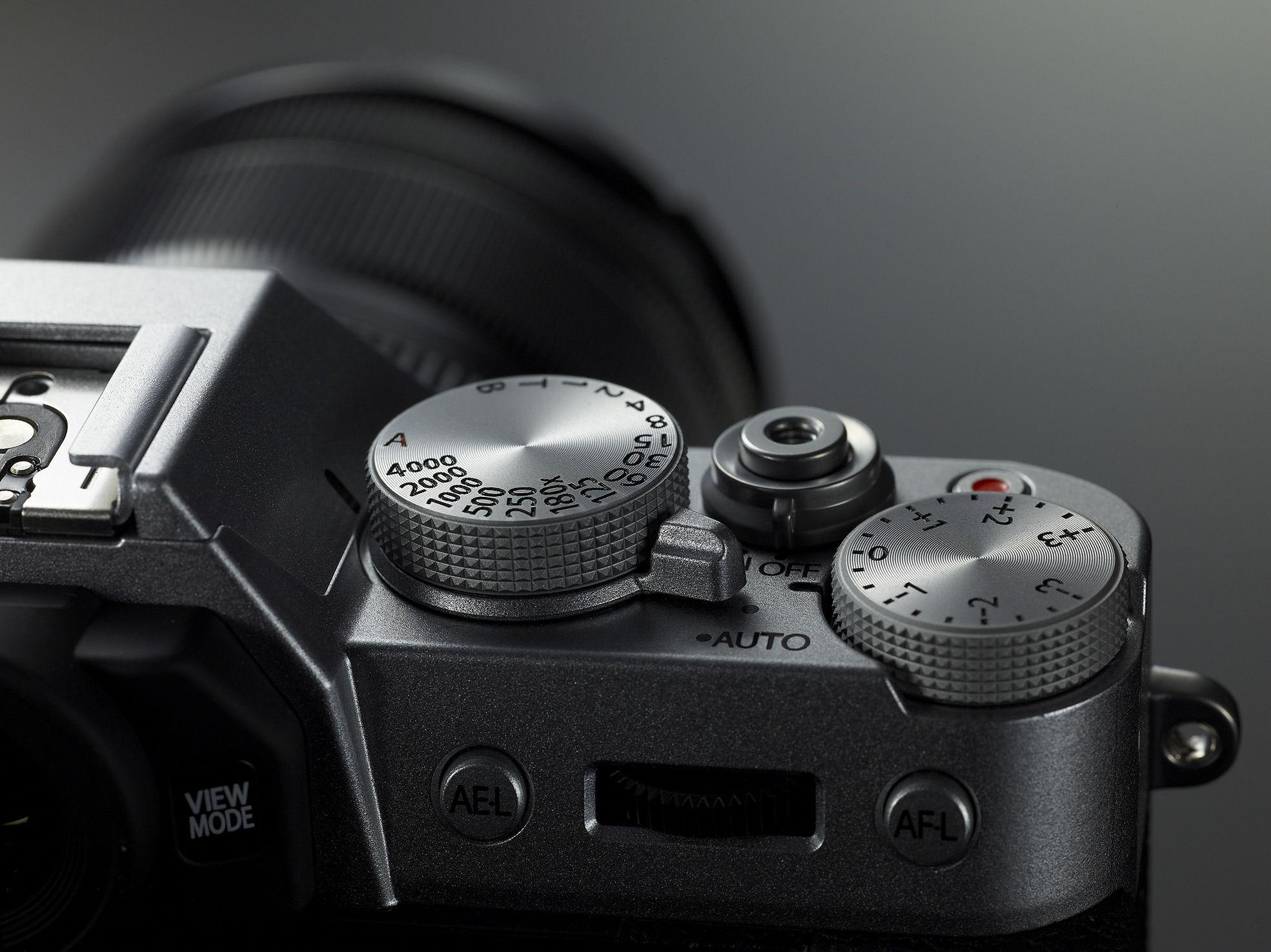 X-T10 har solide knapper og hjul. Foto: Fujiifllm