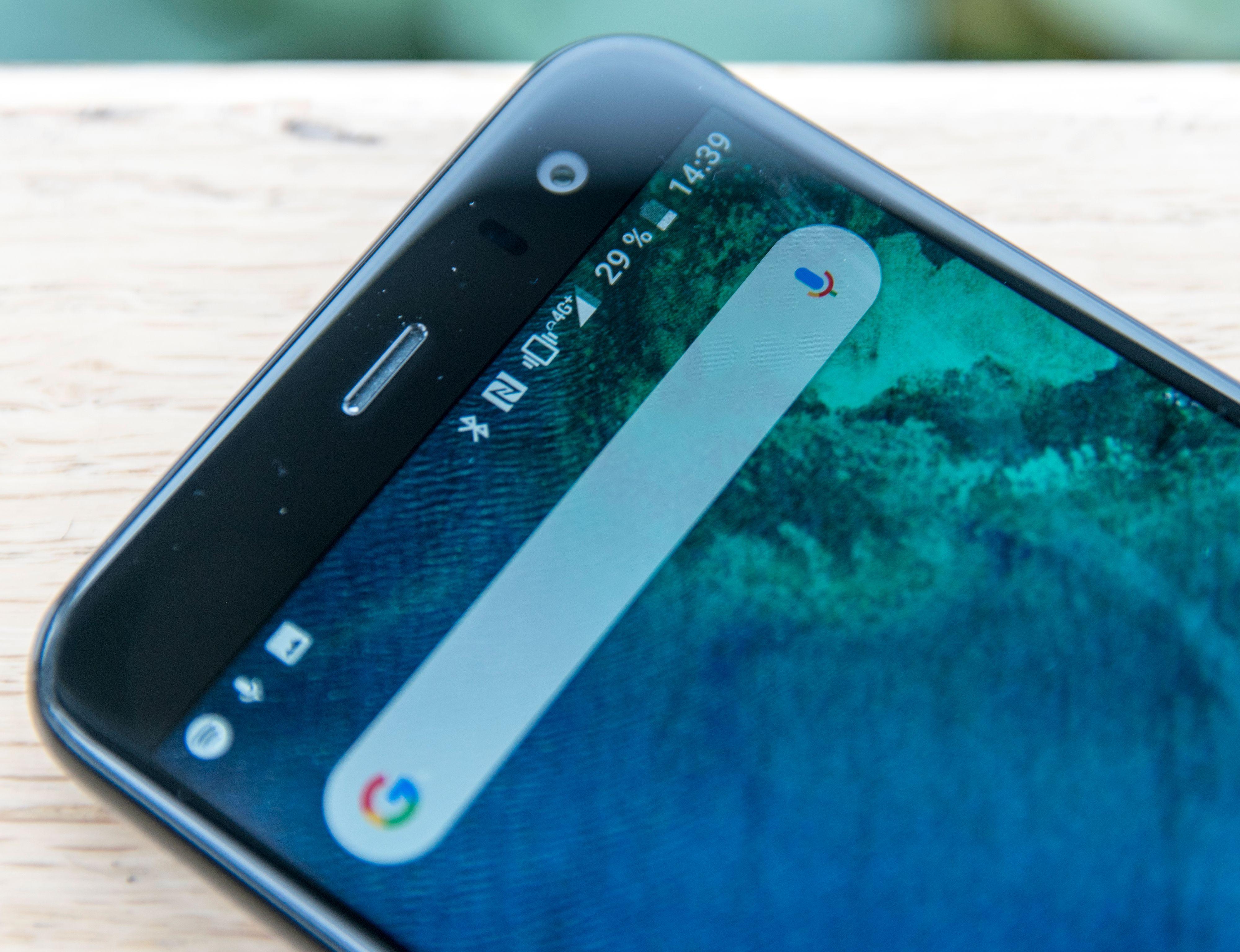 De heftigste U11-modellene har stereolyd, der en høyttaler i toppen av telefonen bidrar. Det har ikke U11 Life, den har bare en skranglete høyttaler i bånn.