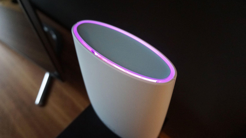 En LED-ring i toppen forteller deg om noe skulle være feil. En lilla ring betyr at ruteren ikke har forbindelse til internett.