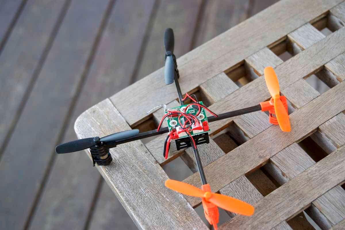 Tar du av skallet på Mini Drone, finner du et veldig enkelt skjelett under. Hva med å 3D-printe egne skall?