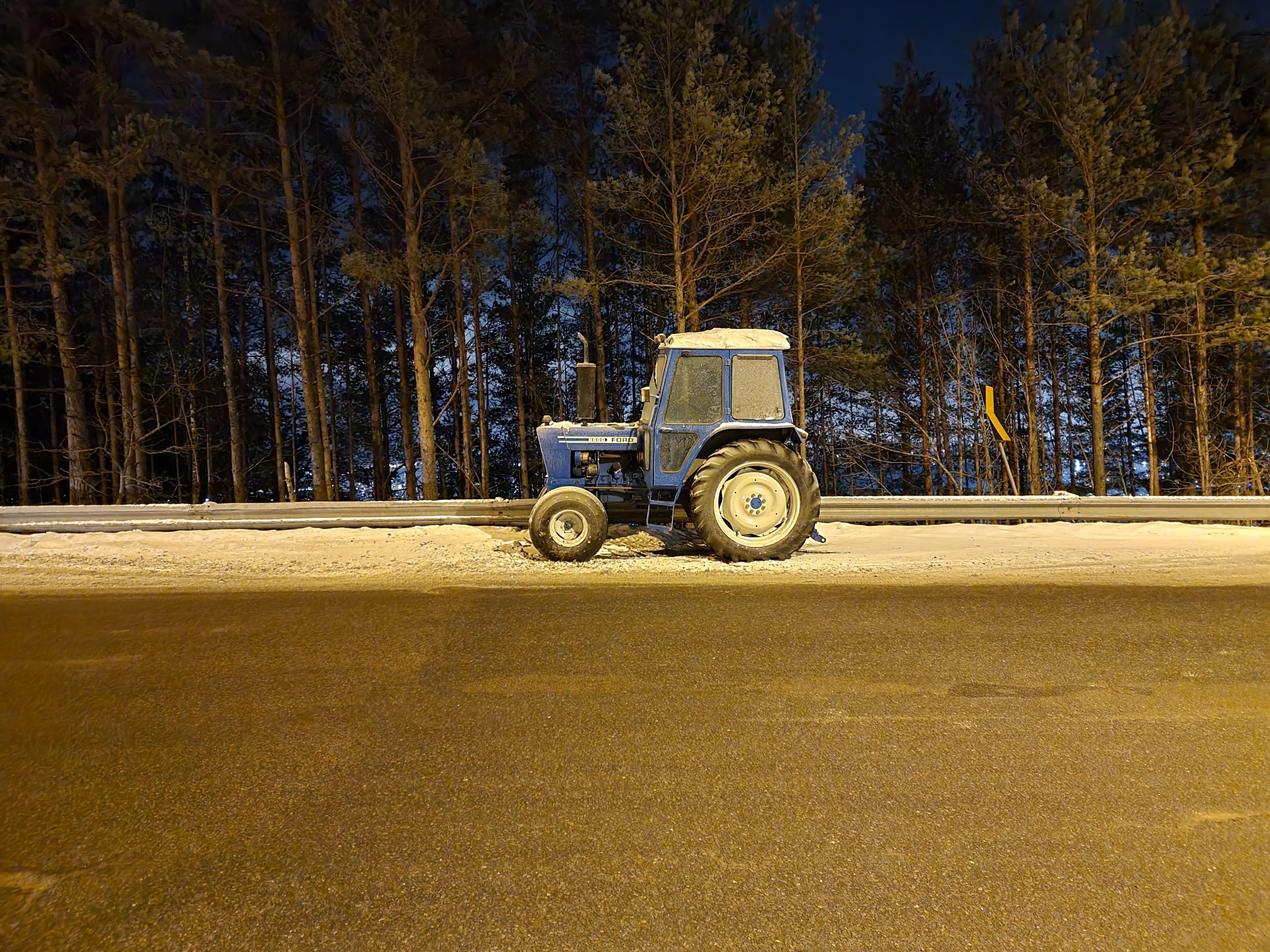 Enda en traktor i nattmodus.