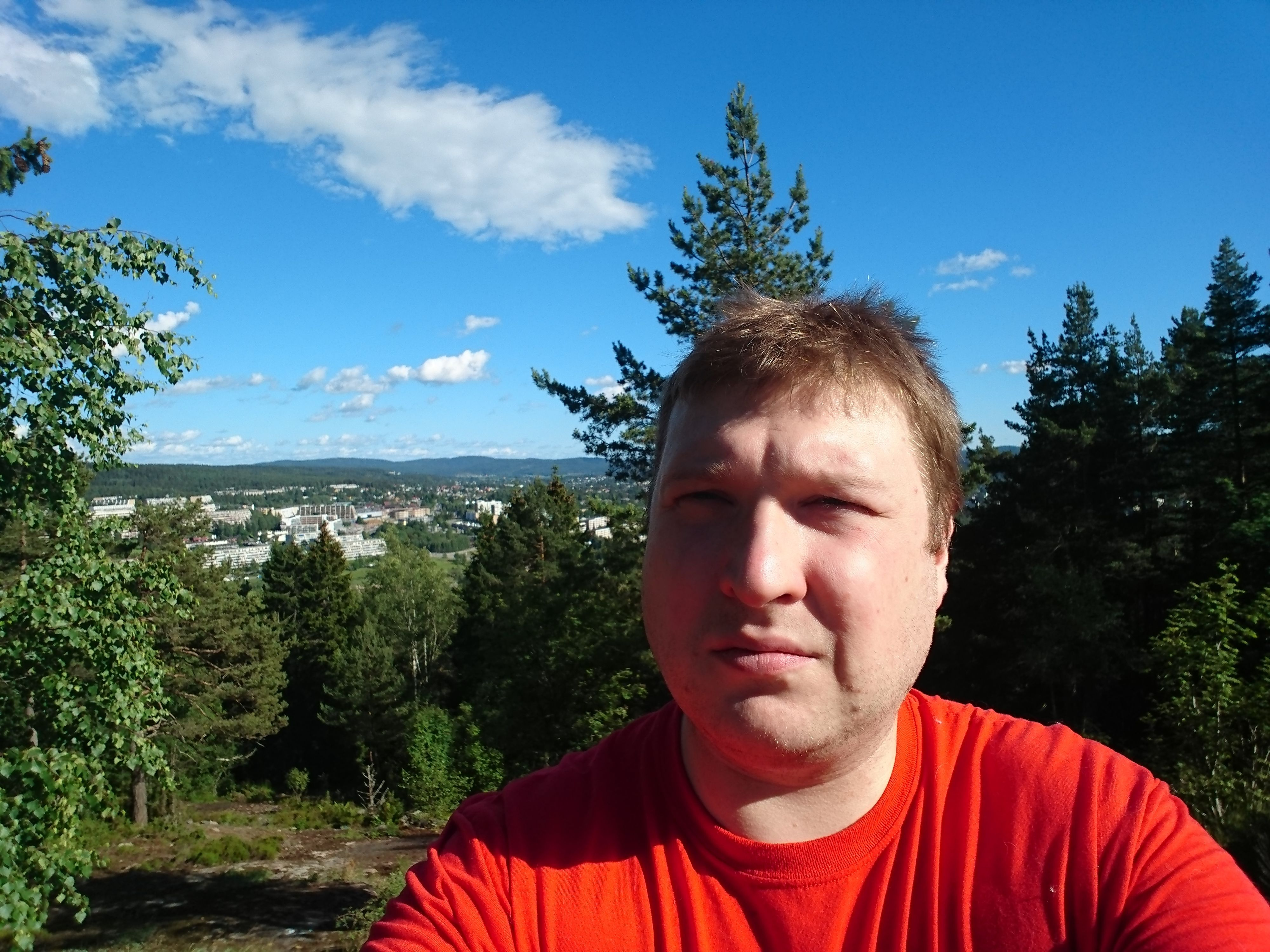 Selfiekameraet tar meget gode bilder selv i litt utfordrende lysforhold.