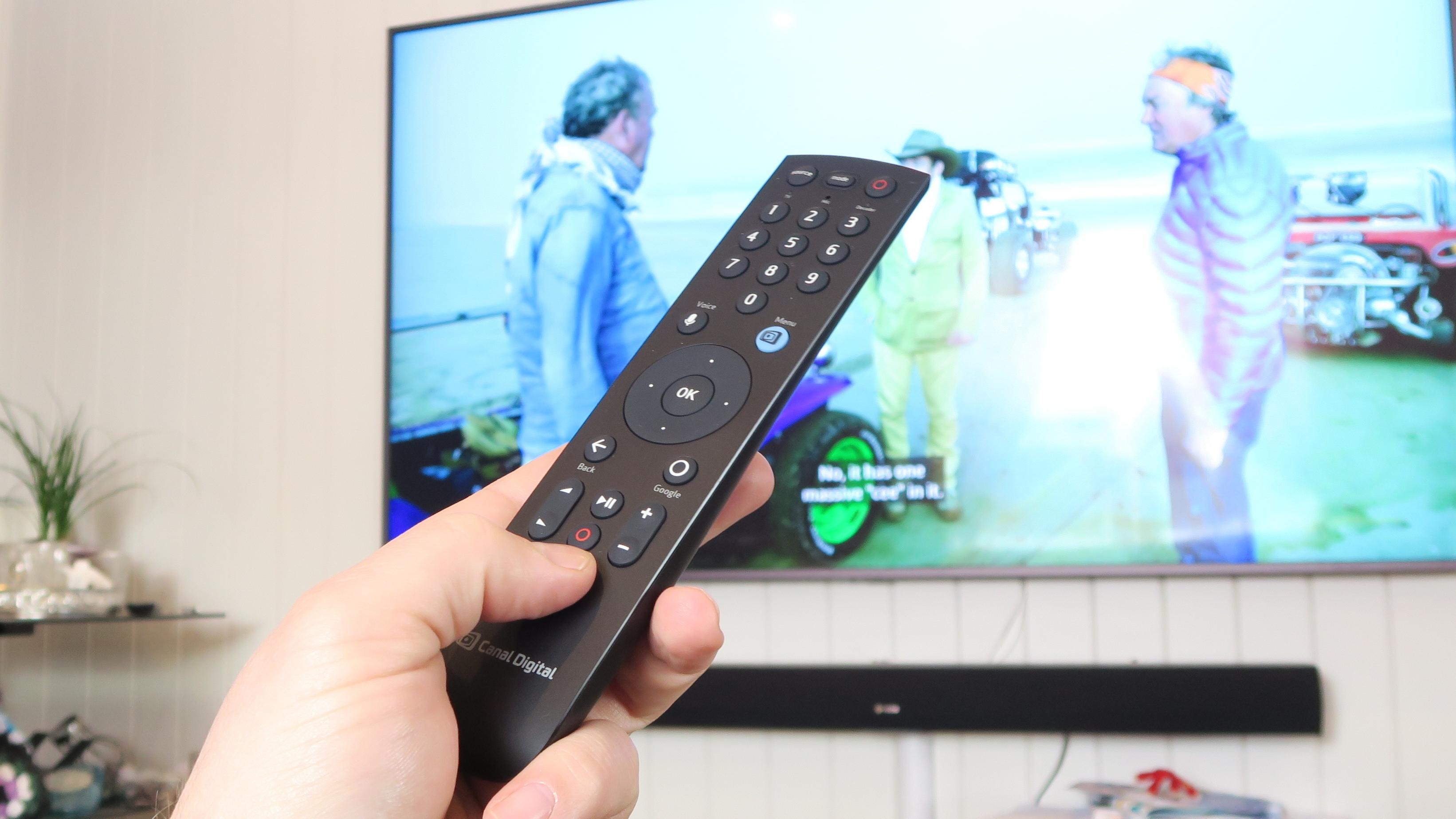 Fjernkontrollen bruker Bluetooth for å kommunisere med dekoderen. Det betyr at du kan gjemme dekoderen unna syne.