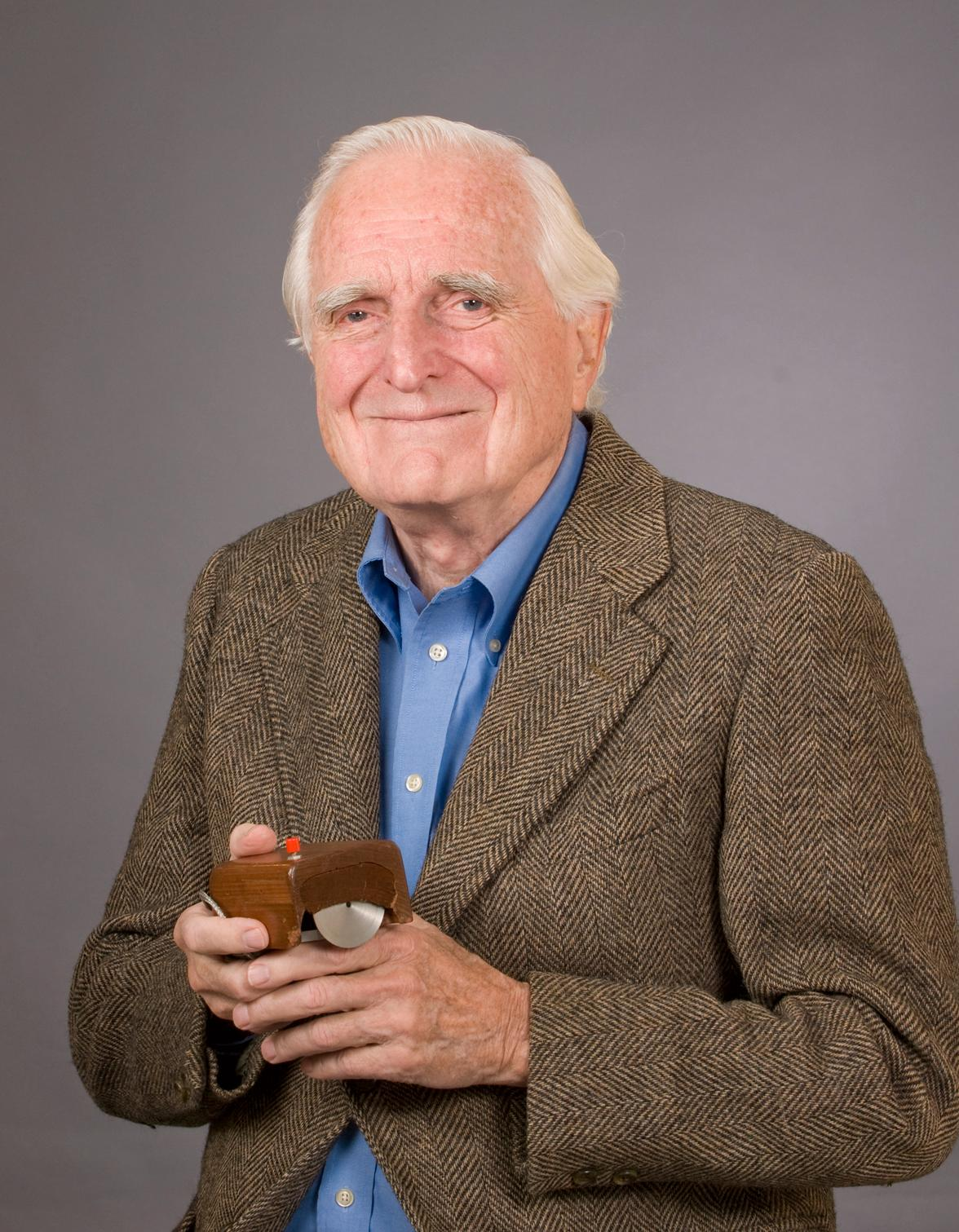 Douglas Engelbart med den første musen. Foto: SRI