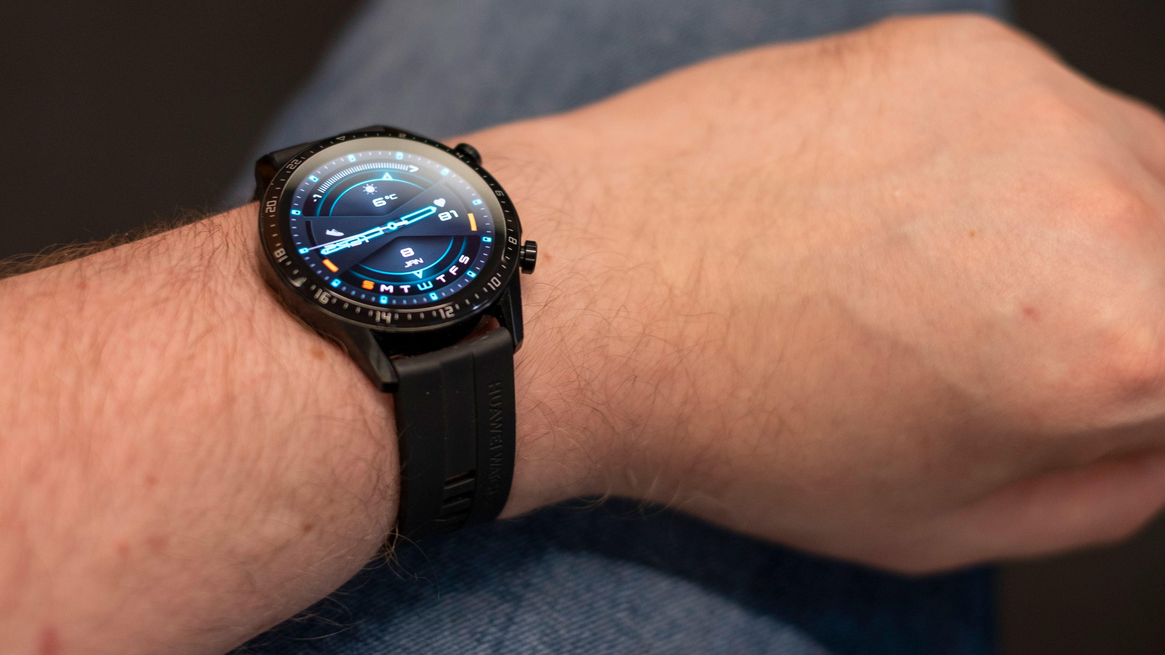 Watch GT2 fra Huawei ser lekker ut, koster lite og varer leeenge på en lading. Hvis du er interessert i å spore ting som søvnkvalitet og aktivitet er dette blant de beste alternativene på markedet.