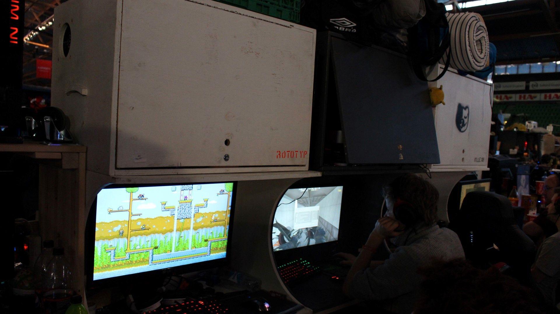 Noen rigger hadde en del større hyller enn andre. Denne riggen syns vi var ekstra stilren. Merk for øvrig spillet pa monitoren til venstre!