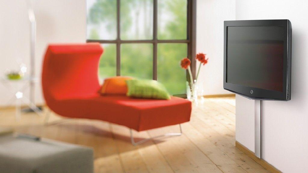 Riktig høyde varierer etter personlig preferanse. Men om du tar utgangspunkt i at TV-en skal henge 60 centimeter over gulvet har du en god start. .