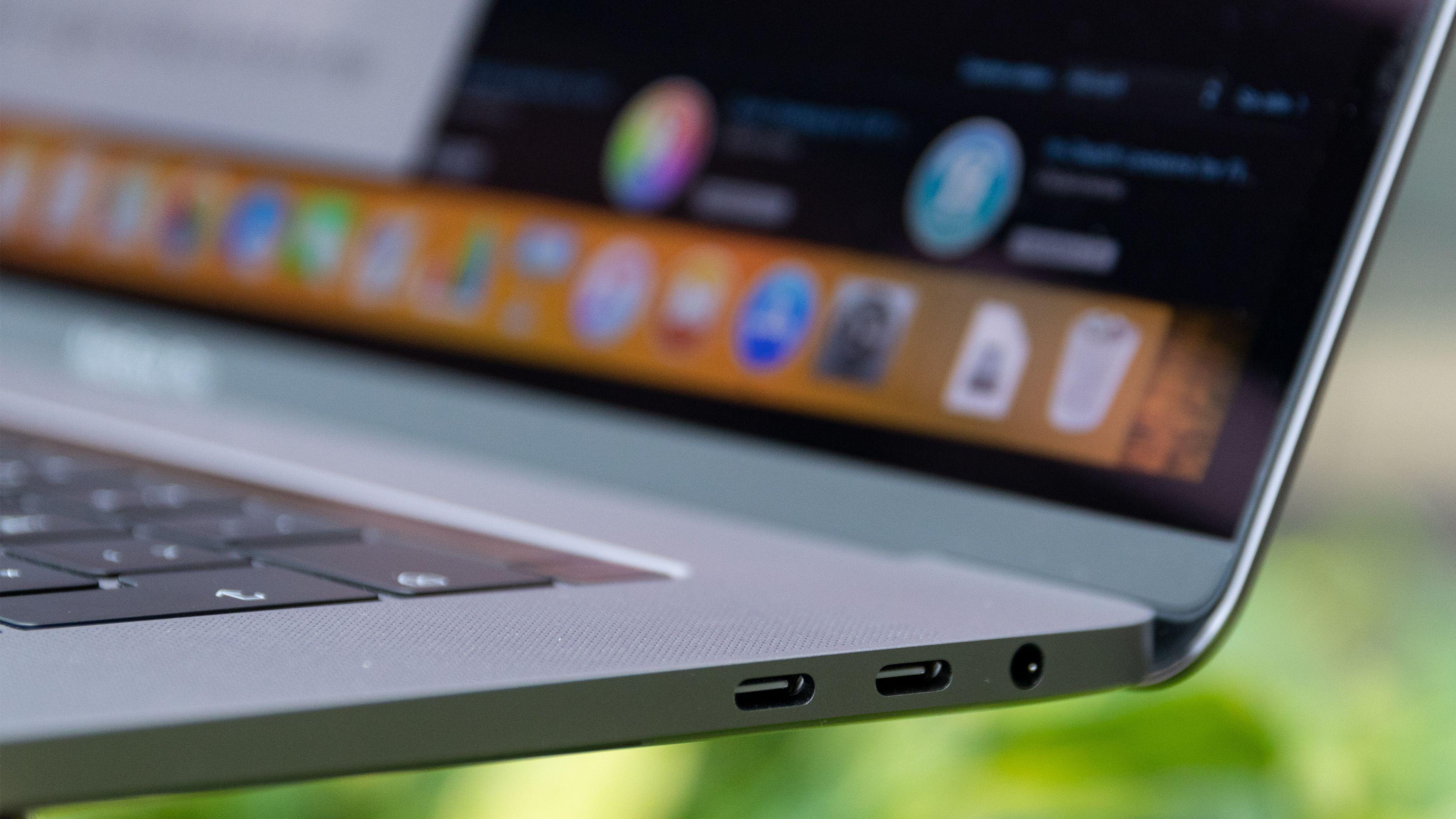 Du finner to Thunderbolt 3-porter med USB-C-grensesnitt på begge sider av maskinen, i tillegg til en minijack-inngang.