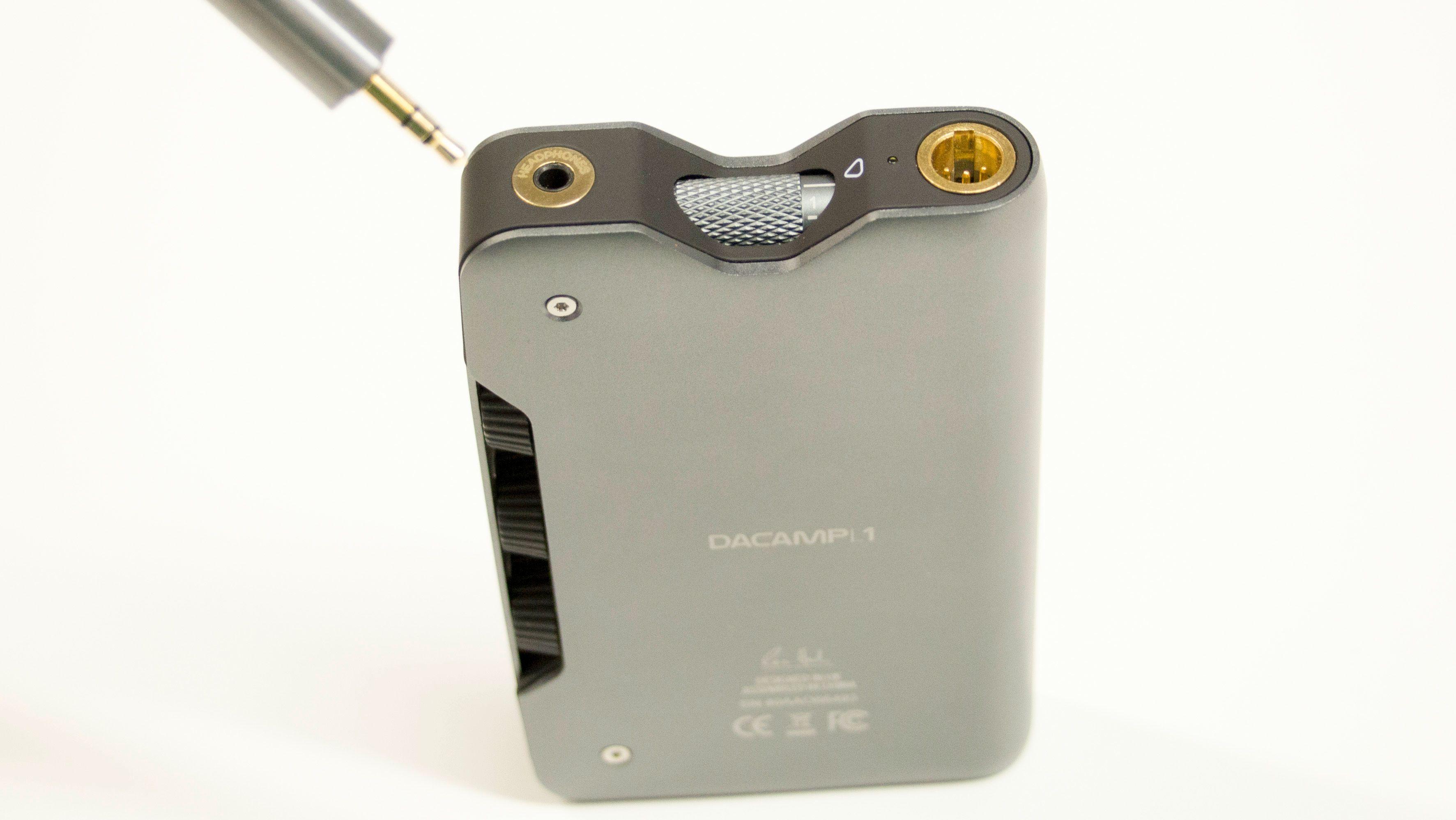 Du kan velge mellom minijack eller mini-XLR for å koble til hodetelefonene dine. Legg også merke til volum-hjulet i midten.