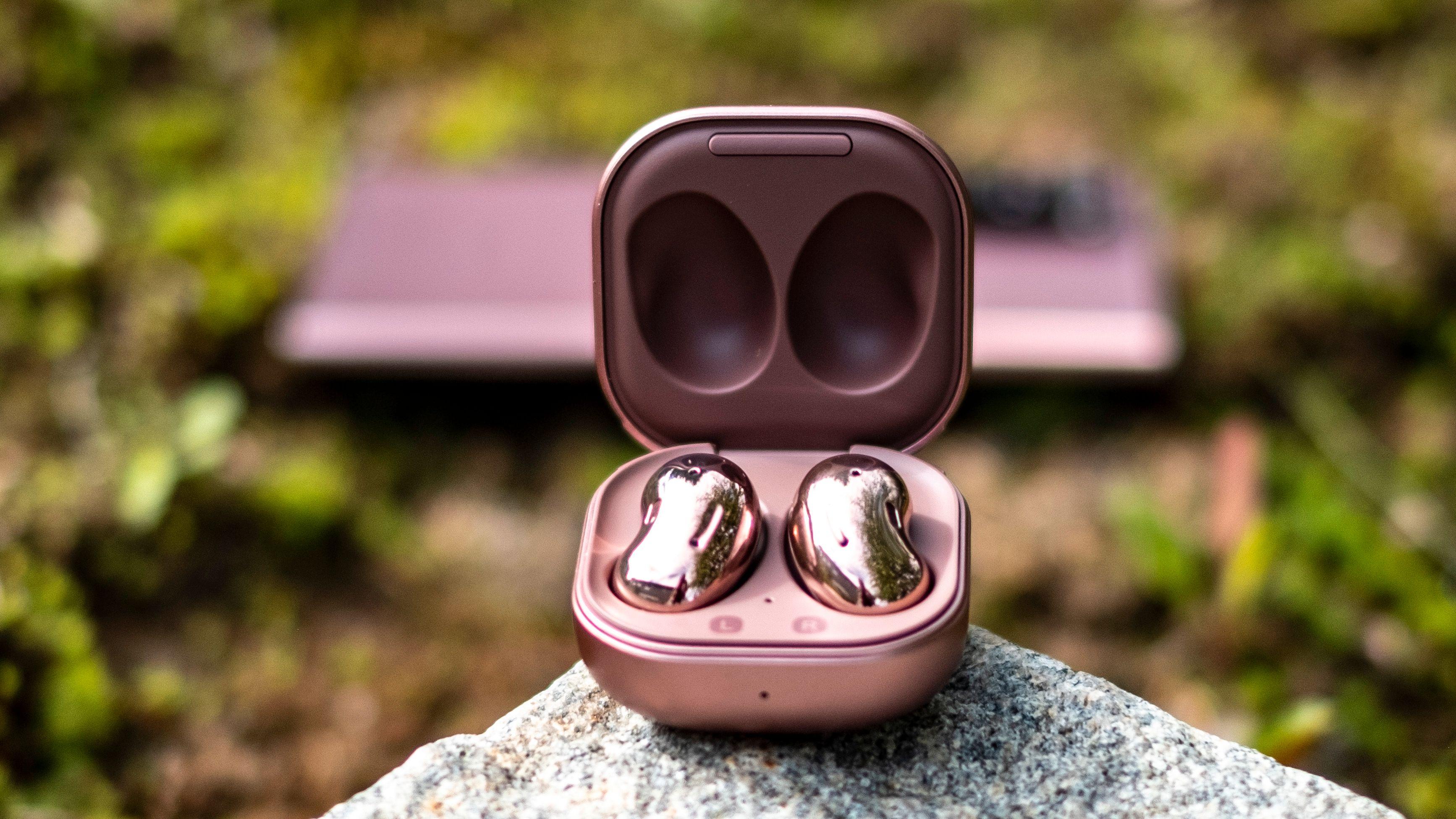 Galaxy Buds Live er en helt ny måte å lage og bruke ørepropper på. Og selv om dette er første generasjon av en ny type produkter treffer Samsung så godt at disse ørepluggene bør passe de fleste - også de som ikke har problemer med tradisjonelle propper.