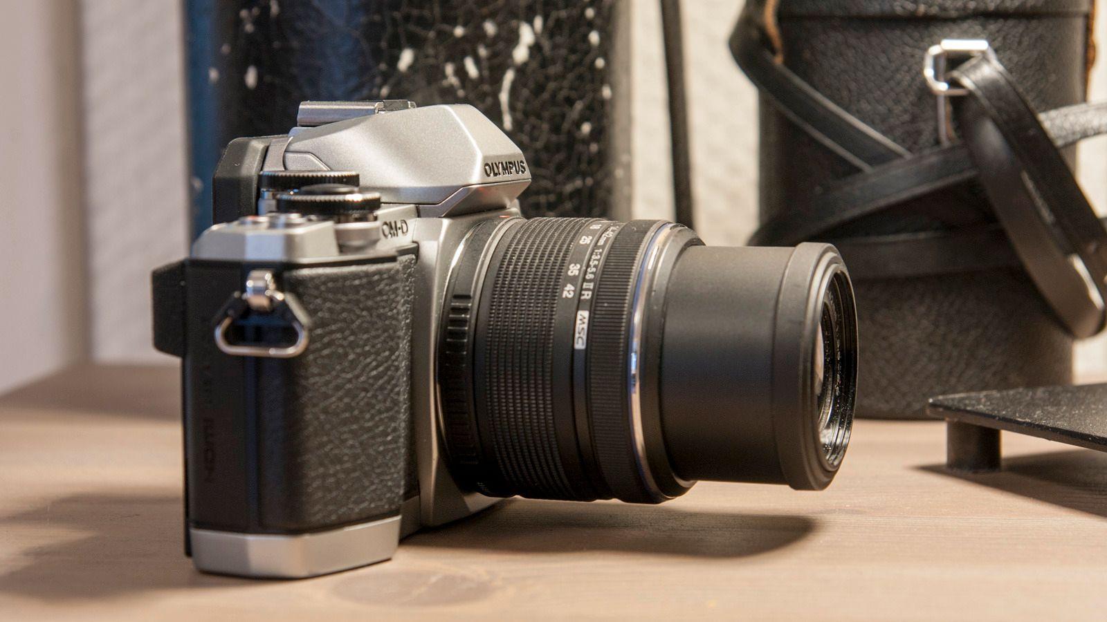 Også Olympus' kit-objektiv kan felles inn slik at det blir noe mer kompakt når det ikke er i bruk. Foto: Kristoffer Møllevik