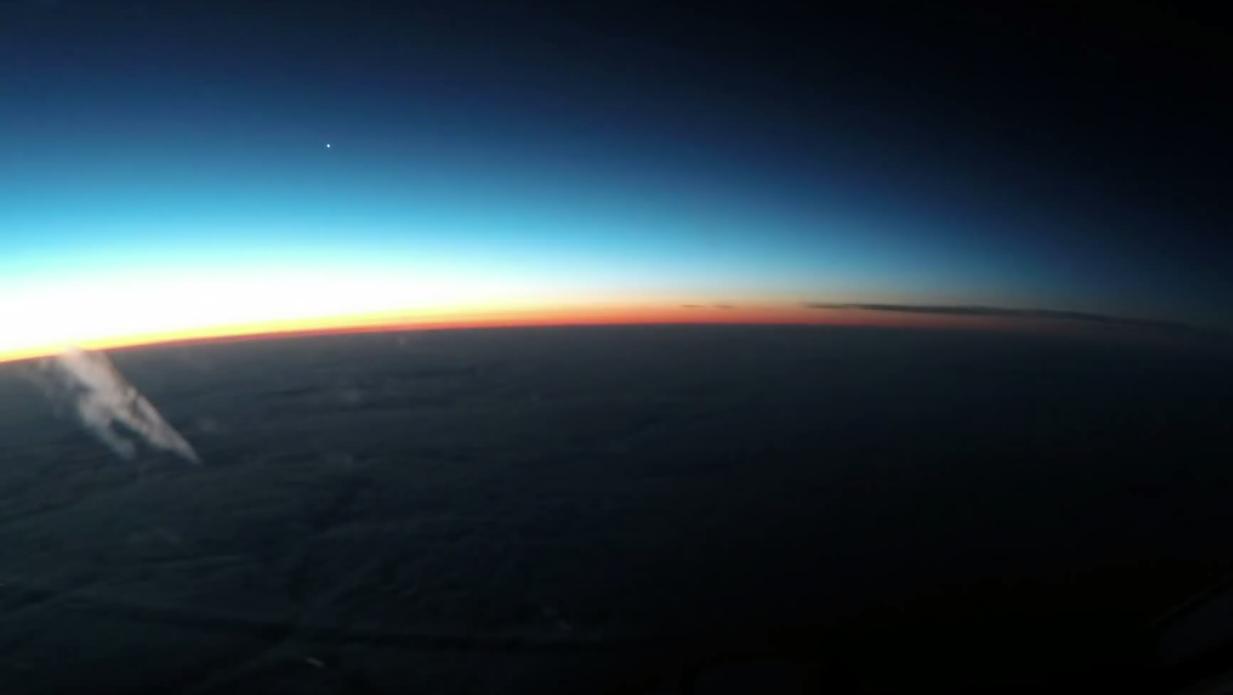 Videoen viser en vakker solnedgang med planeten Venus synlig på venstre side.Foto: YouTube
