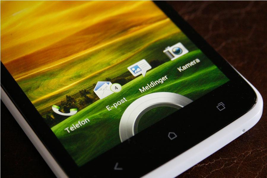 Trekk ringen opp får å åpne telefonen, eller trekk et ikon til ringen for å gå direkte til en valgt funksjon.