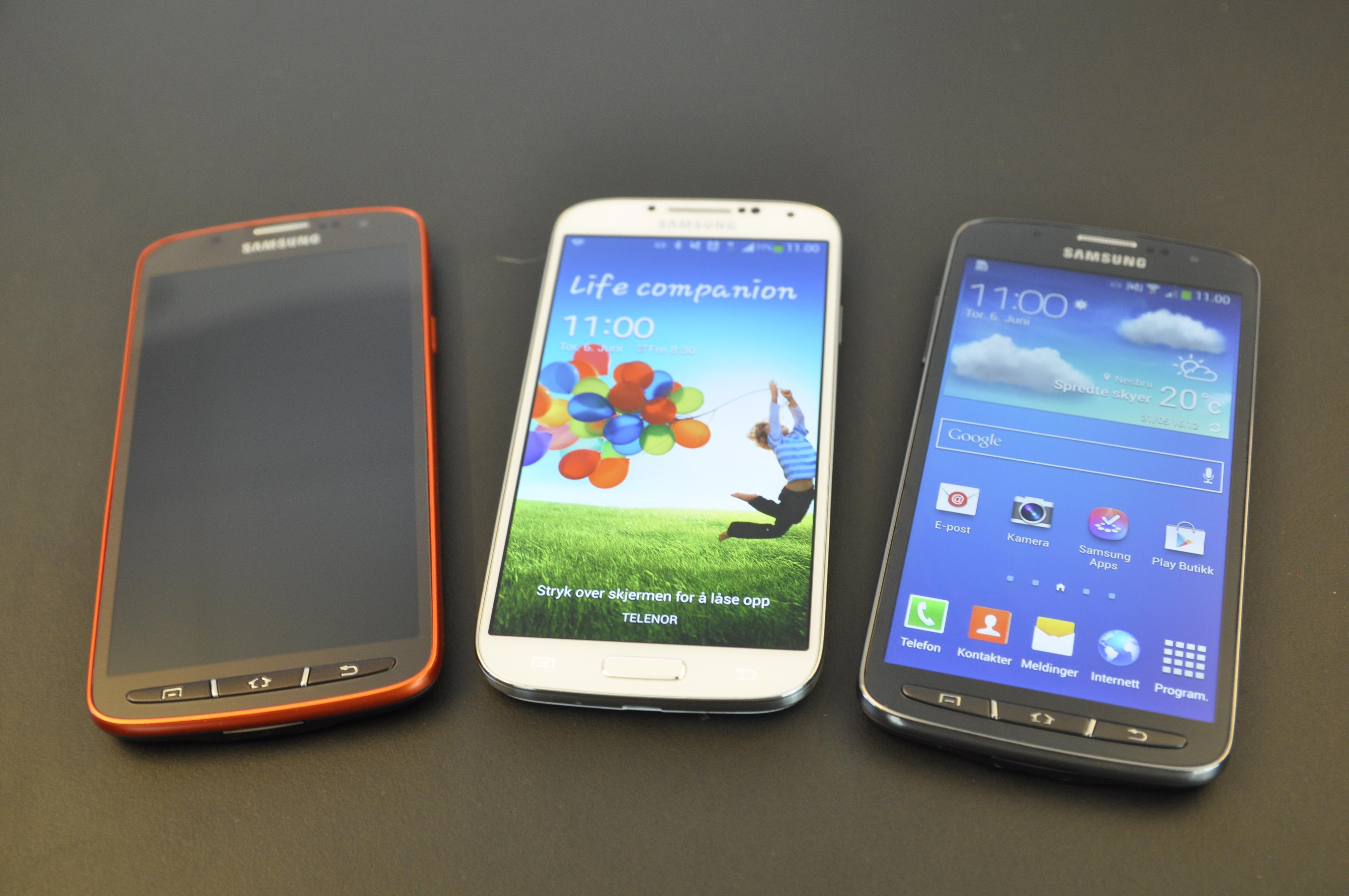 Størrelsesforskjellen mellom Galaxy S4 Active og Galaxy S4 i midten av bildet, er ikke påtrengende.Foto: Finn Jarle Kvalheim, Amobil.no