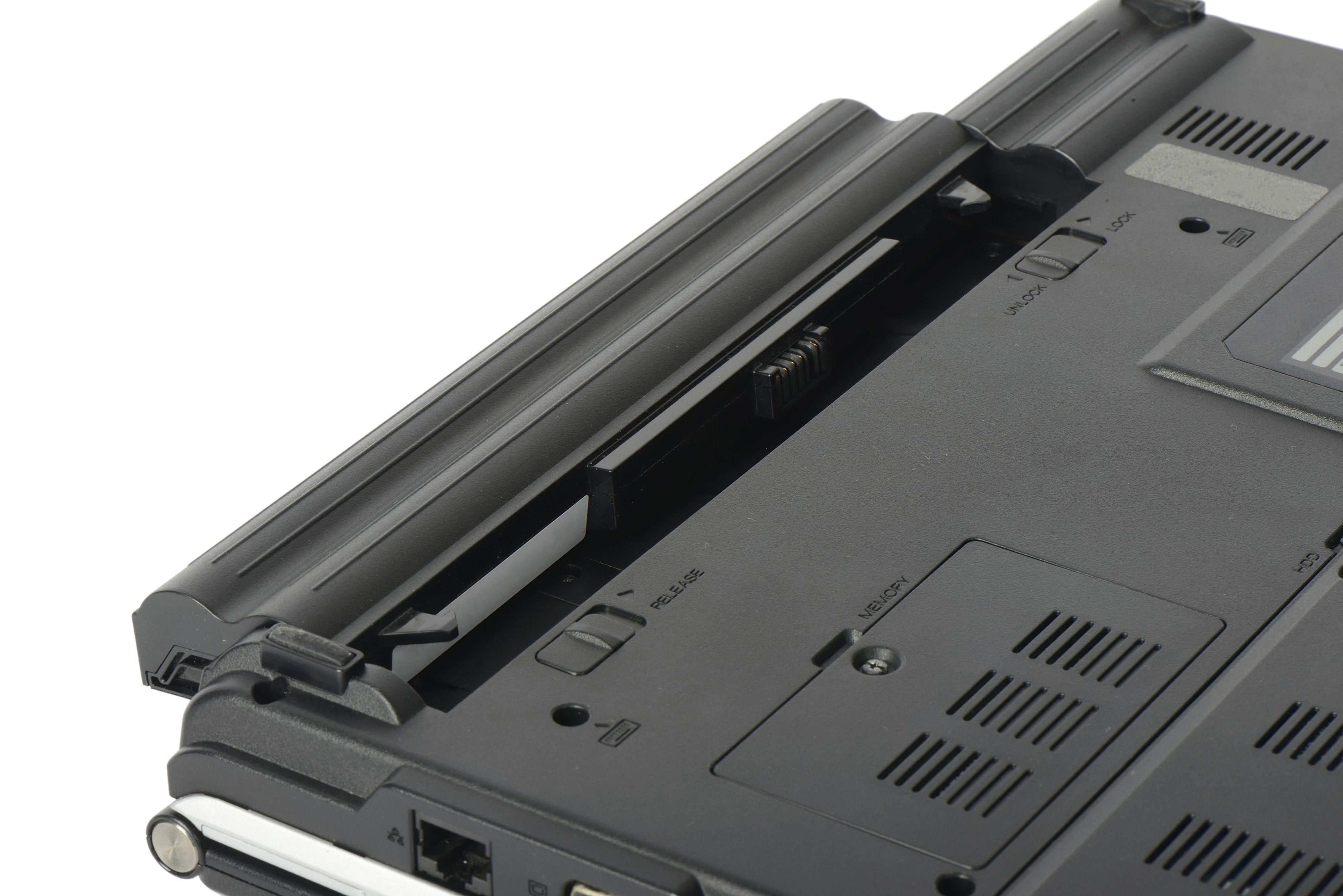 Har du en bærbar PC der batteriet er plassert slik at det er varmt mens maskinen er i bruk? Det kan være fornuftig å ta det ut og legge det i kjøleskapet. Men pass på at det er rundt 40 prosent oppladet først. Foto: JIPEN / Shutterstock.com