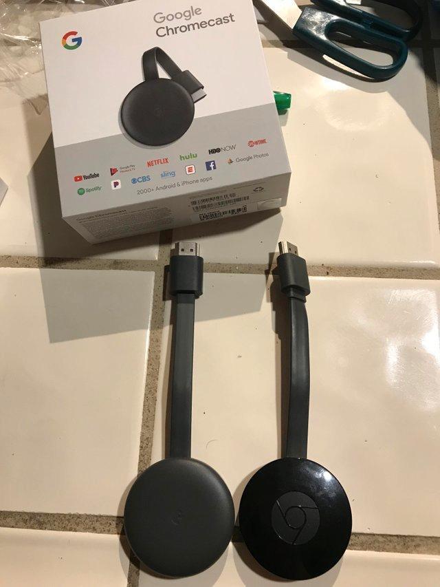 Denne nye Chromecasten selges allerede i amerikanske Best Buy-butikker. Gammel versjon til høyre.