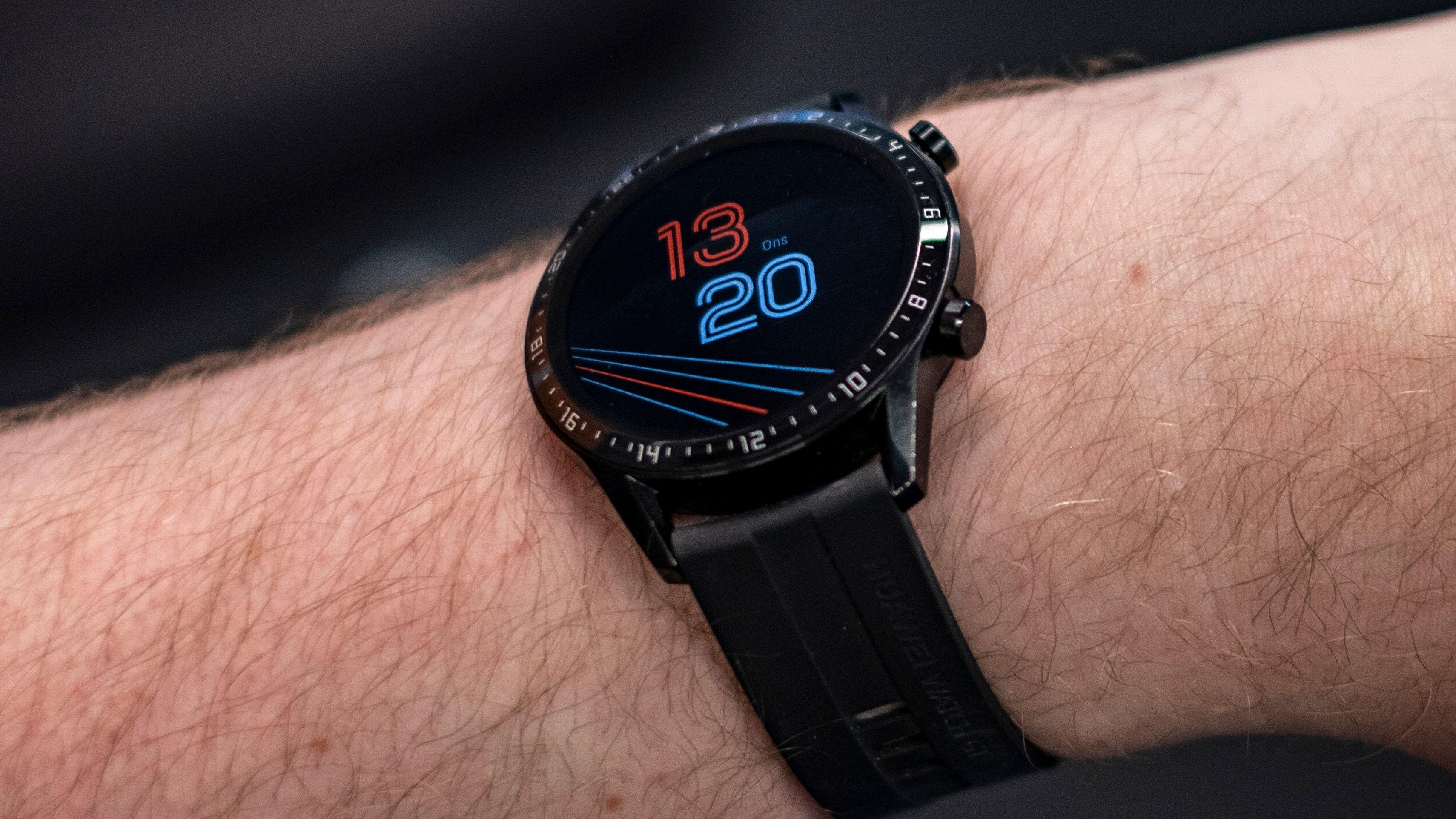 Det er mulig å få klokkeskjermen til (nesten) alltid stå på. Men da får du bare klokkeinformasjon, enten i «digital» visning som her, eller med visere.