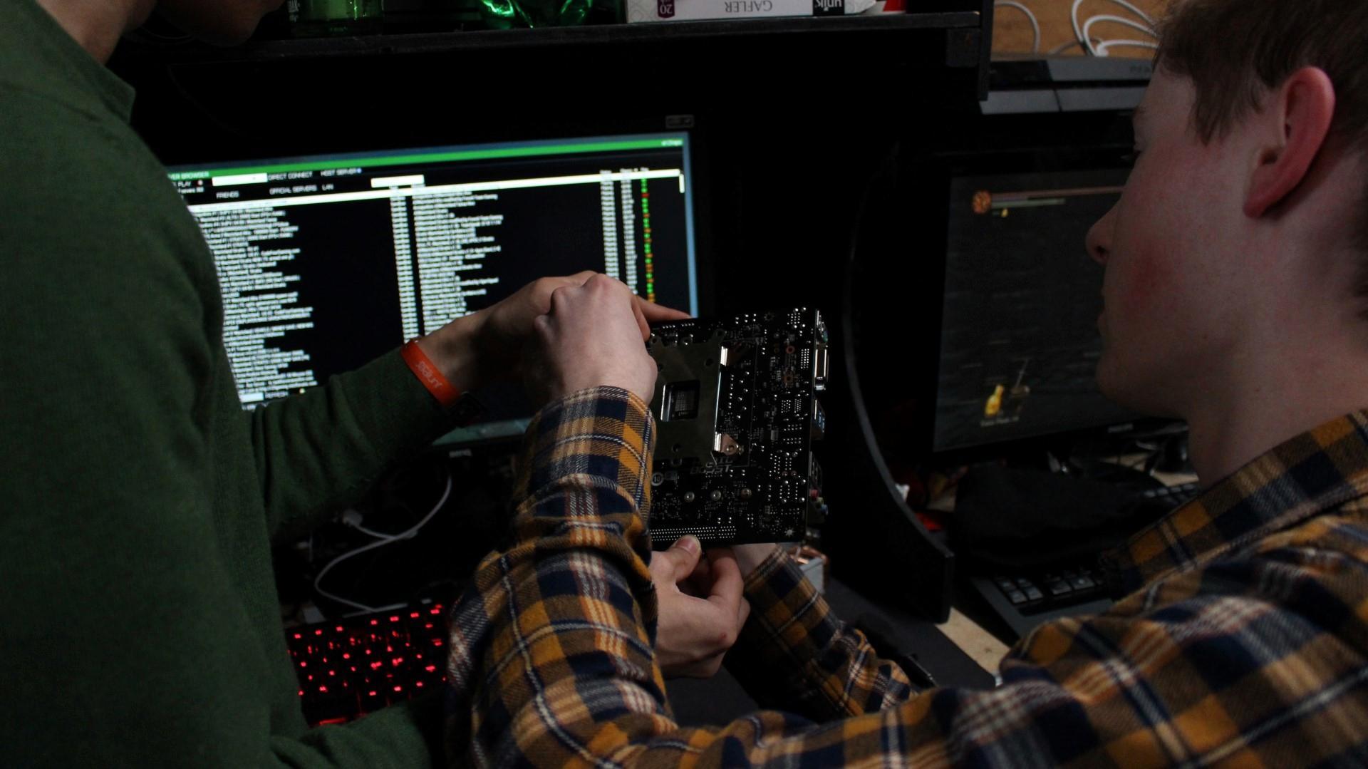 TG kan være sosialt på flere måter. Her fikk noen hjelp av sidemannen til å fikse litt hardware!