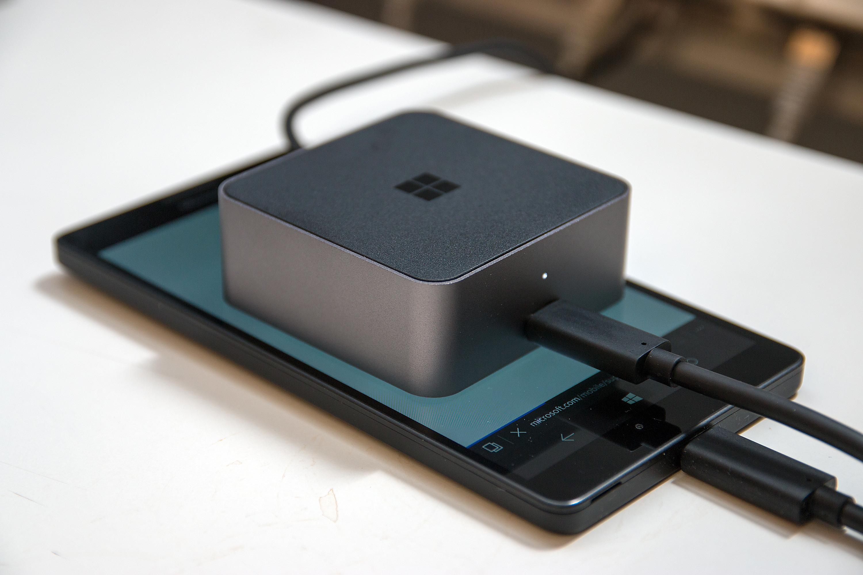 Display Dock er liten og kompakt. Her vist oppå Lumia 950 XL. Foto: Kurt Lekanger, Tek.no