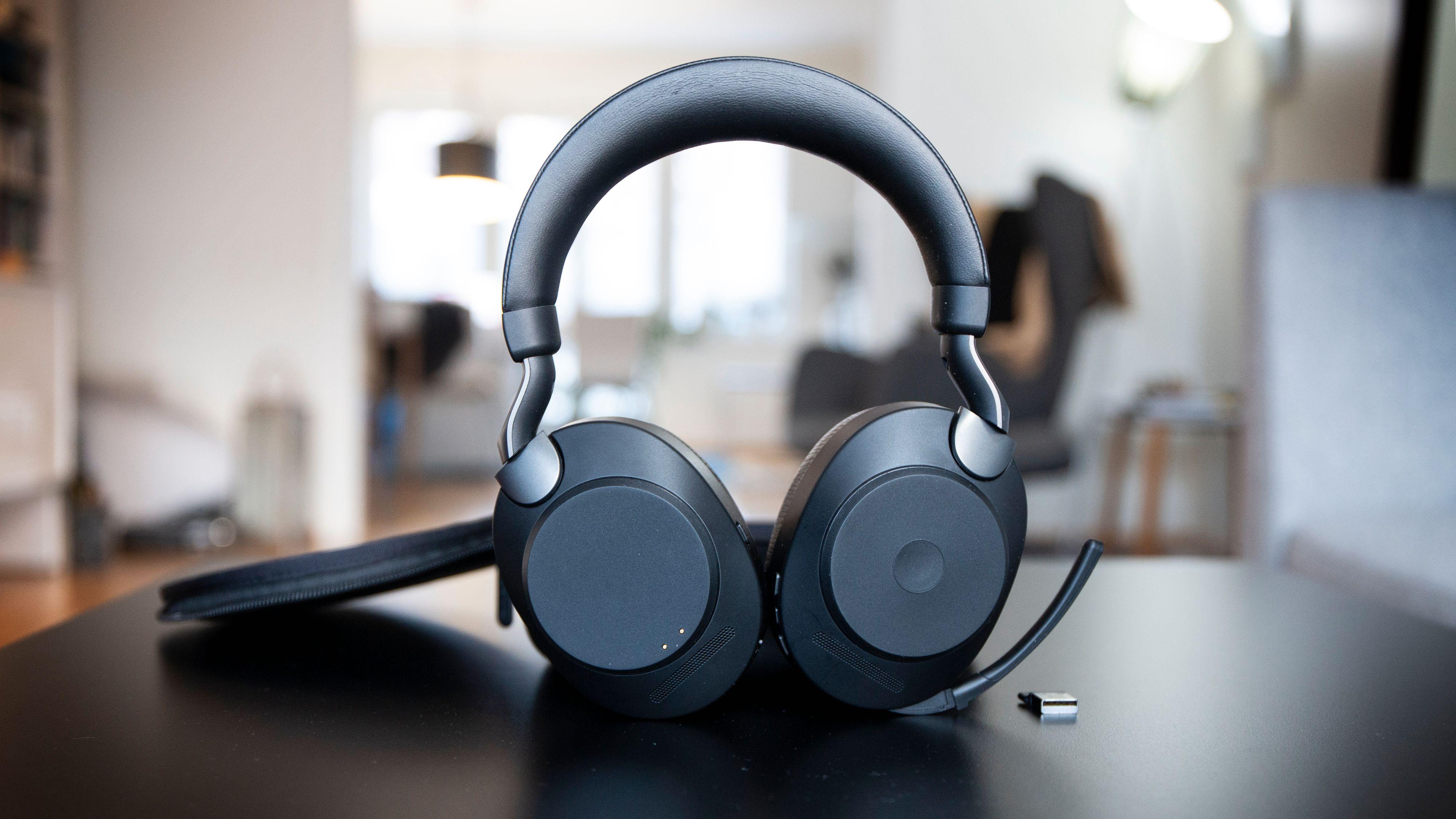 Jabra Elite 85h kommer med utfellbar mikrofon, men kan også brukes med mikrofonen innfelt.
