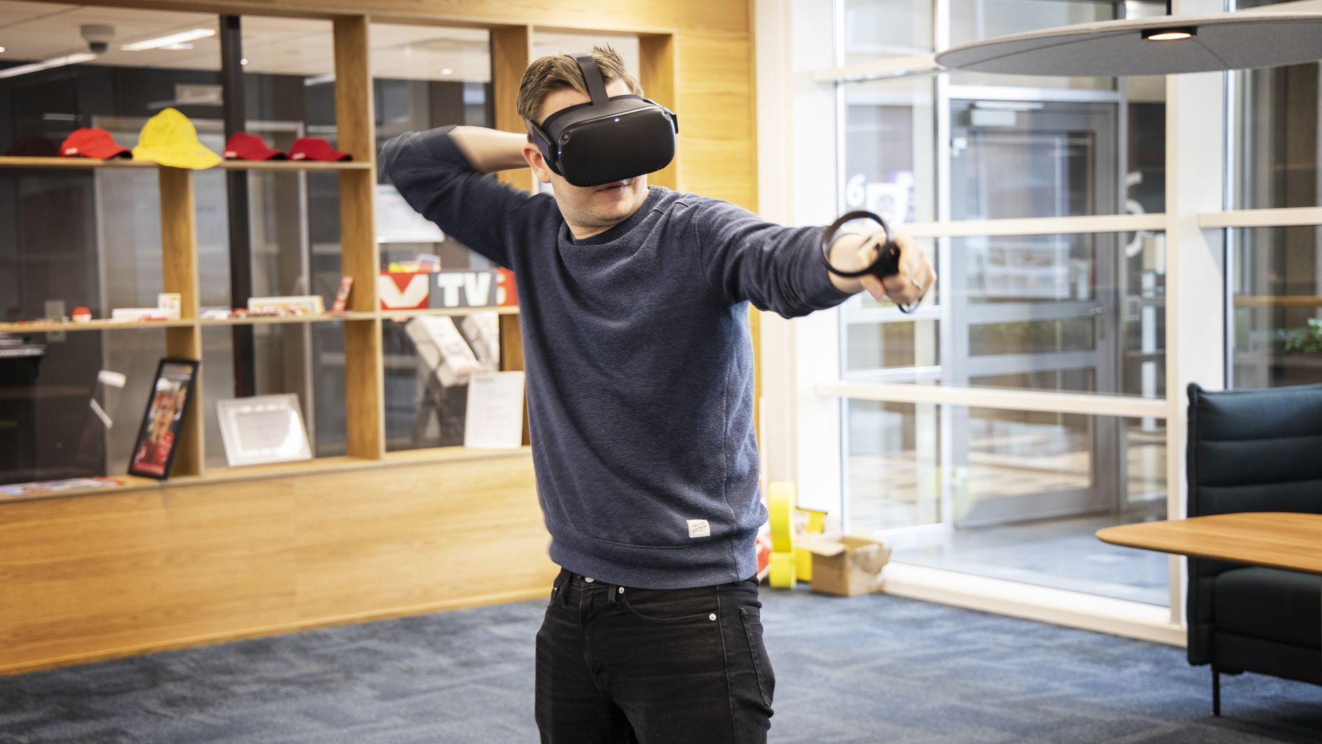 Vi liker Oculus Quest svært godt, spesielt siden du kan bruke det helt uten å være koblet til noe. Fremover får du både i pose og sekk, gitt at du har en kraftig nok PC.
