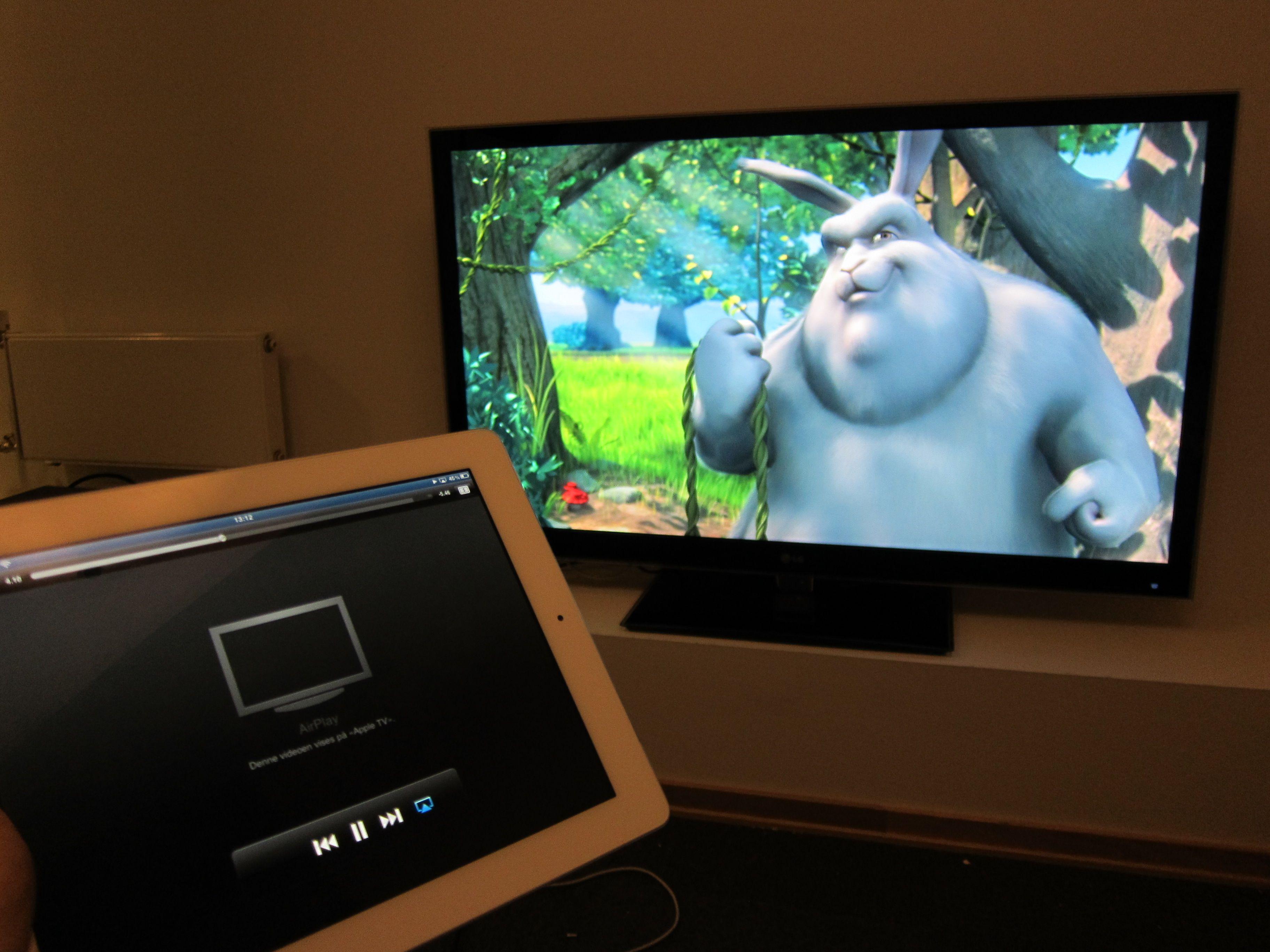 Når videoen spilles av får du beskjed på skjermen hvor den blir spilt av, og du kan spole og pause filmen direkte fra iPaden.