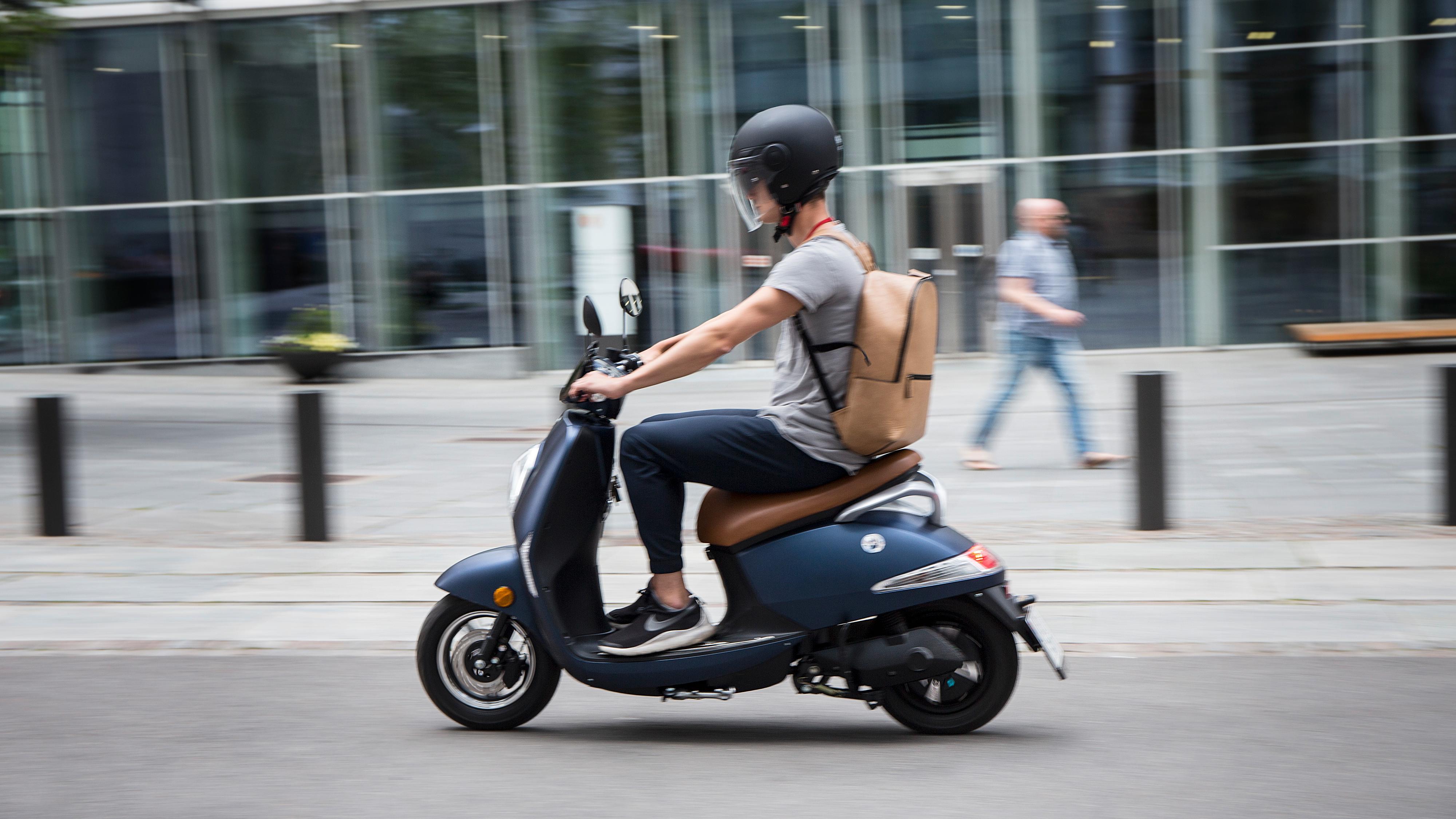 Vässla er en smart elektrisk scooter som bringer deg frem i inntil 45 km/t. Bildet viser førsteutgaven, mens modellen de nå selger er Vässla 2.
