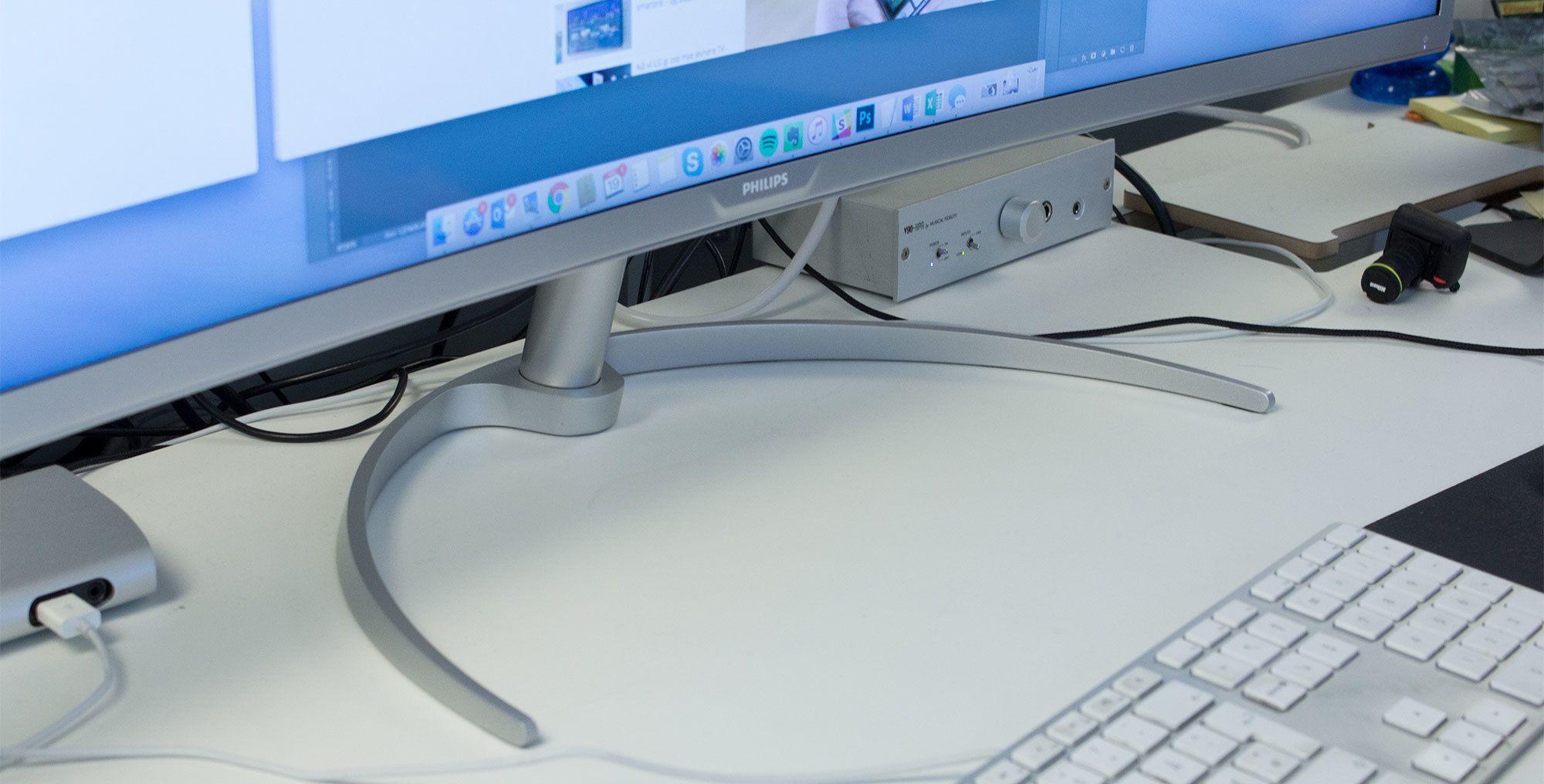 Skjermfoten stikker ganske langt ut, men tar til gjengjeld ikke opp så veldig mye plass på pulten. Men det er utrolig irriterende at vi ikke kan justere høyden på skjermen.
