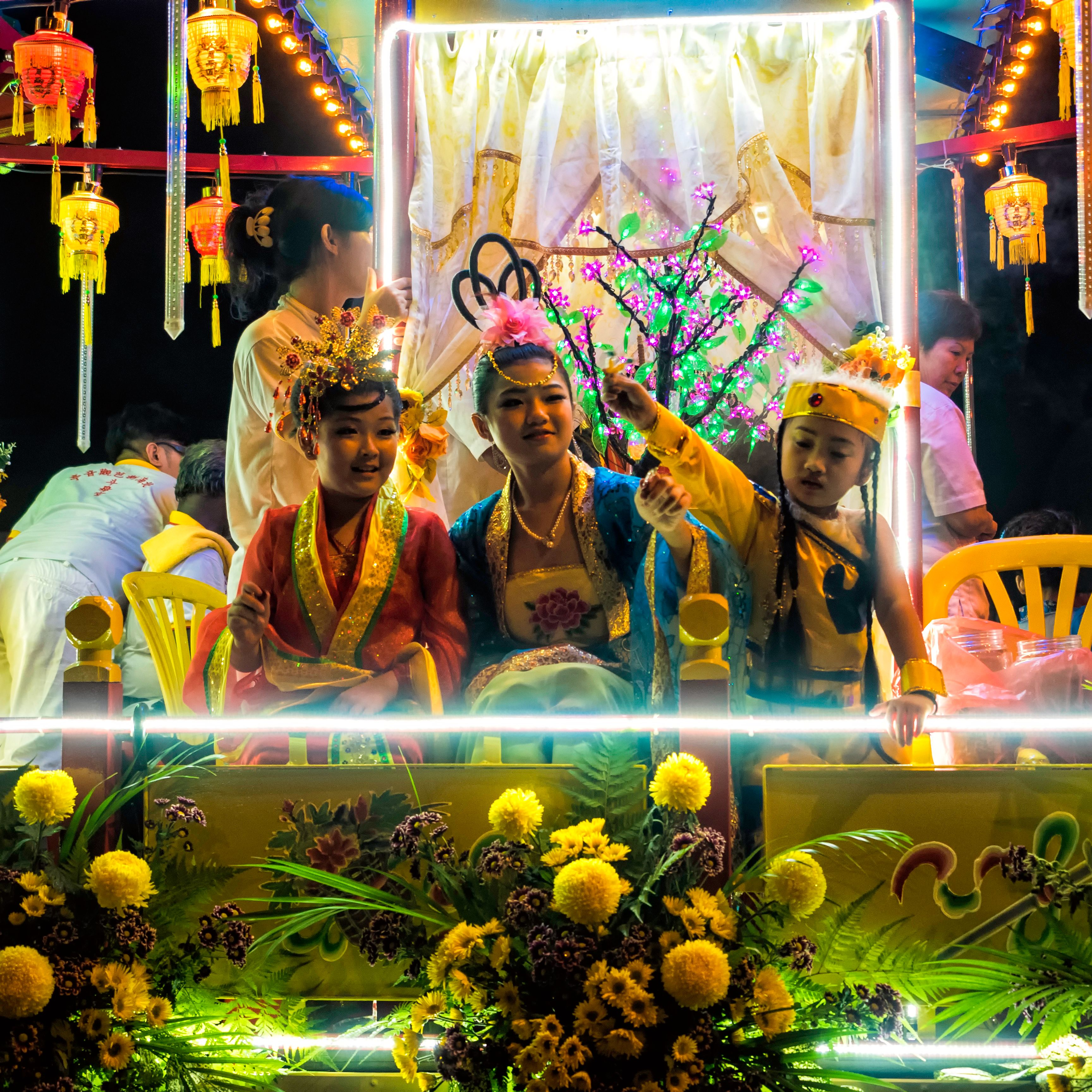 Kids dressed up to distribute candies to the bystanders in a parade during the Nine Emperor Gods festival which is celebrated on the ninth month in the lunar calendar each year in Malaysia. Foto: Zhu Lin Ch'ng, Malaysia, Shortlist, Culture, Youth, 2015 Sony World Photography Awards