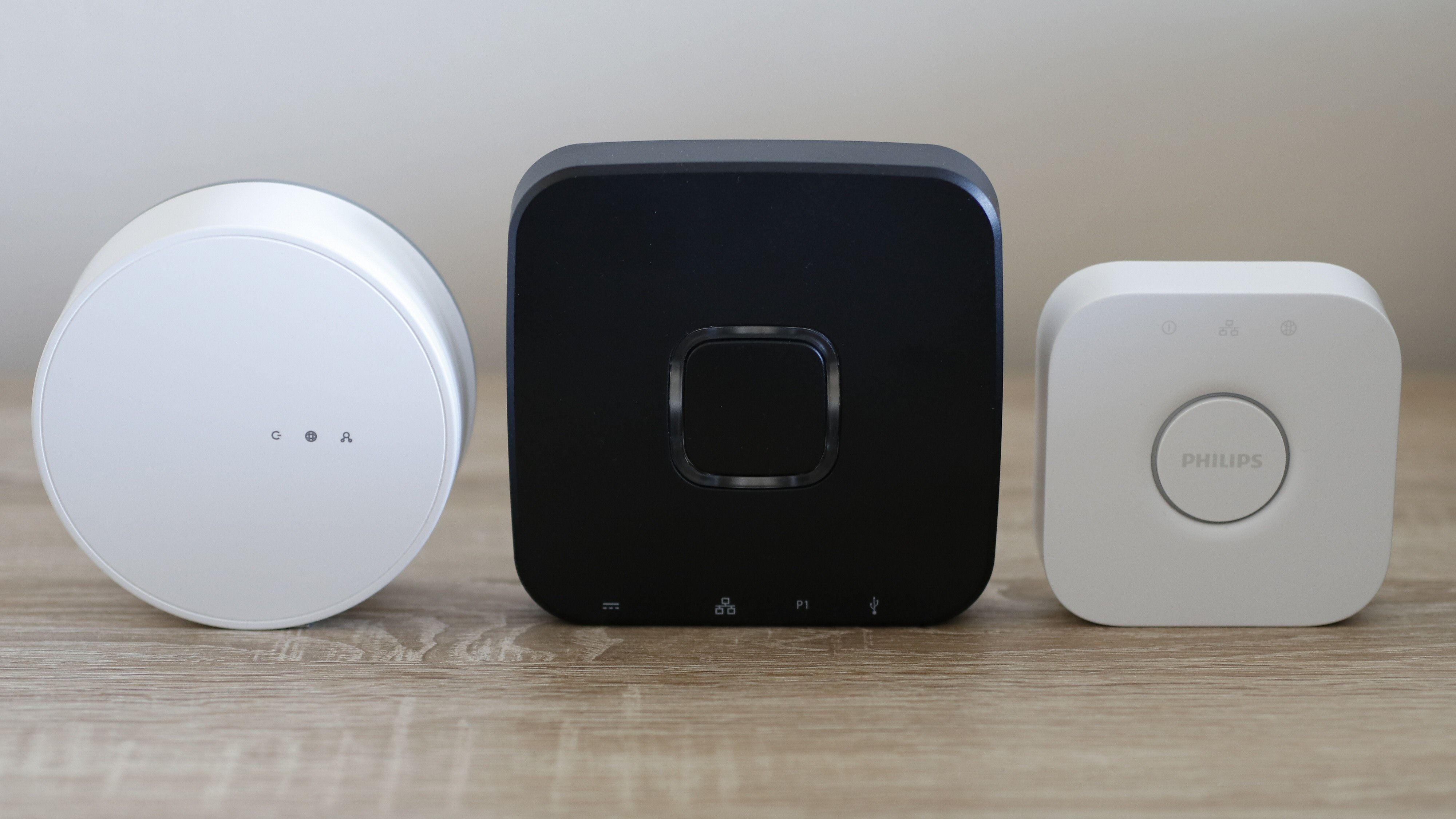 Tre av aktørene i testen har også en egen Zigbee-hub. Fra venstre Ikea, Trust og Philips Hue.