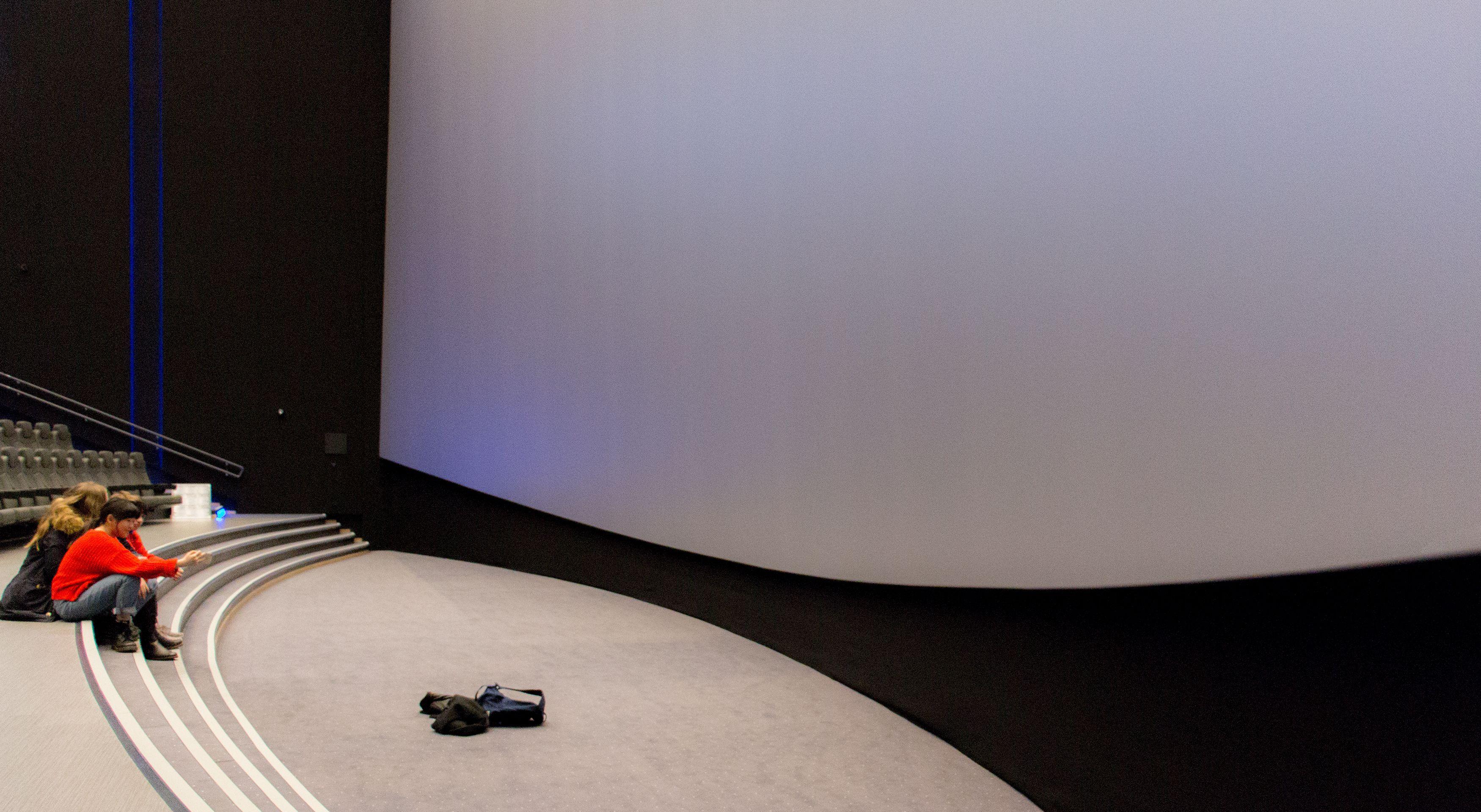 Lerretet i IMAX-salen er kurvet for bedre innlevelse.