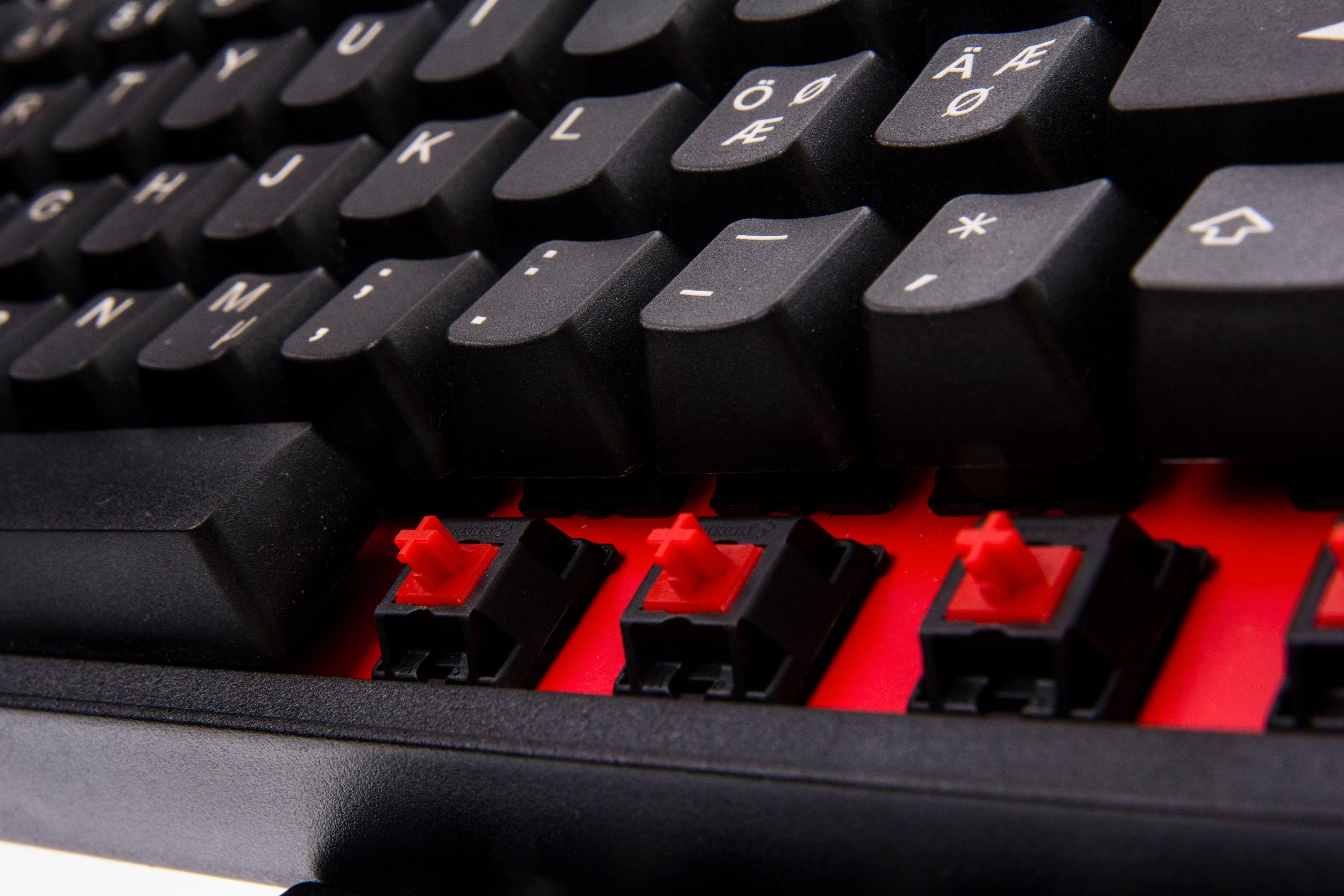 Steelseries 6Gv2 har fått røde brytere og en rød bakplate, for å skille seg fra forgjengeren.Foto: Niklas Plikk, Hardware.no