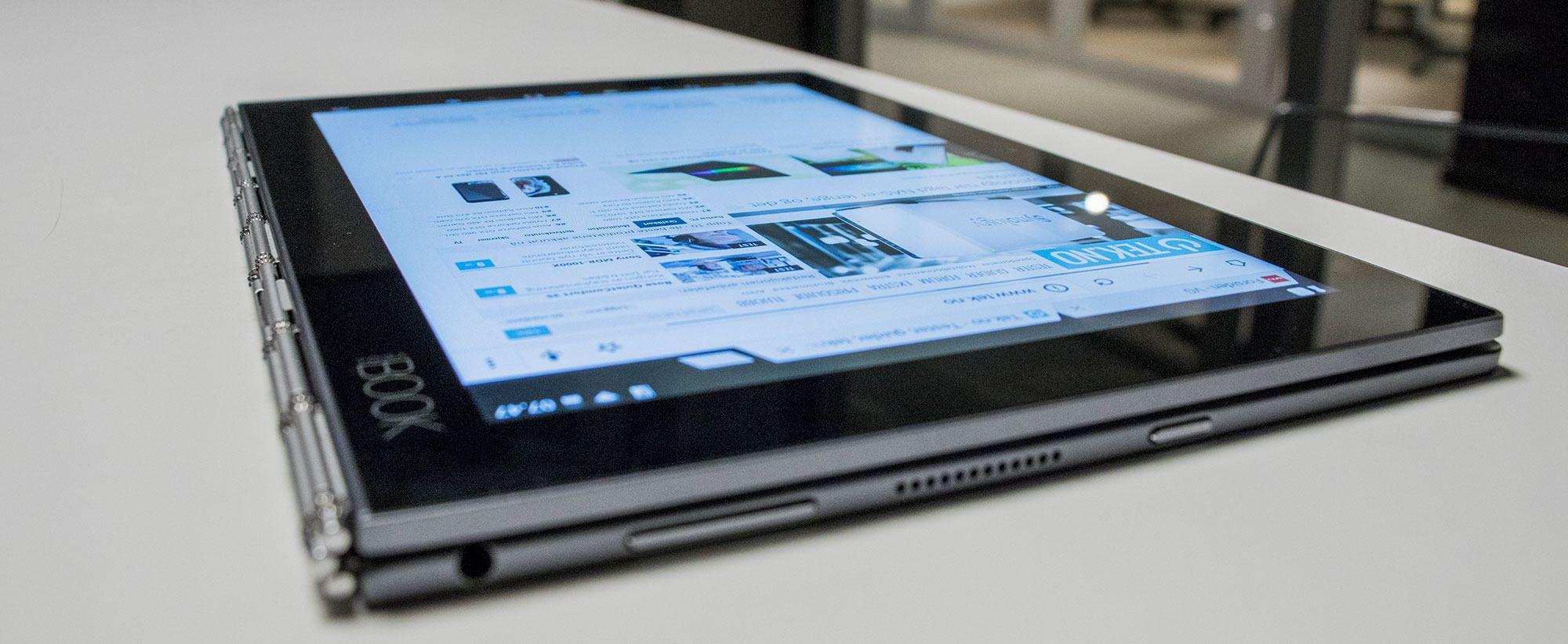 Du kan folde Yoga Book sammen, slik at den fungerer som et nettbrett. Låser du skjermen kan det snus rundt og lagre det du skriver på tegnebrettet i stedet. Den løsningen forutsetter at du bruker papirblokken som hører til.