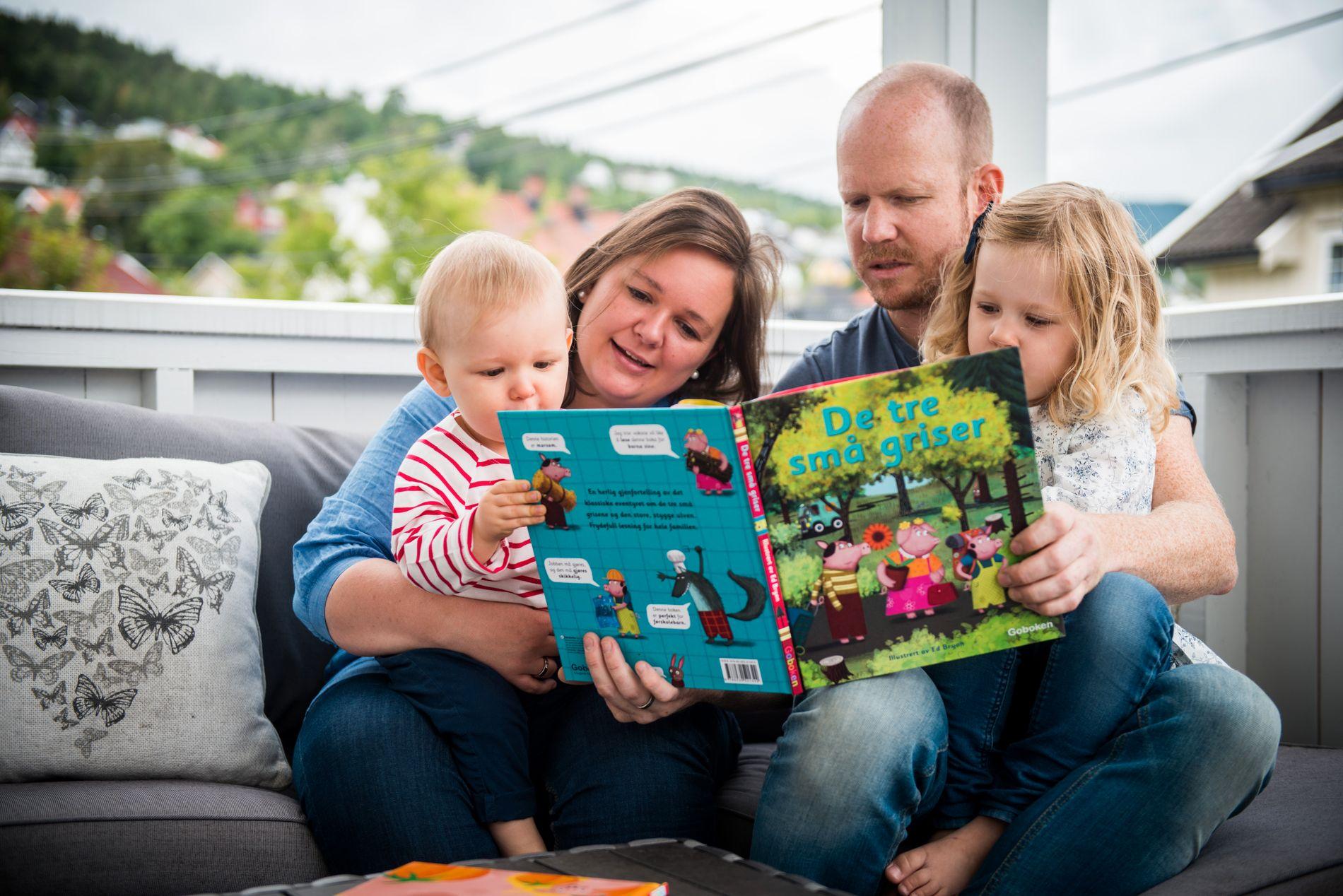 Maria og Bjørn sammen med datteren Iben (4) og sønnen Edvard (16 md.). – Begge elsker å lese. De hadde nesten ikke trengt ekstra leker, fordi de er blitt så glad i bøker.