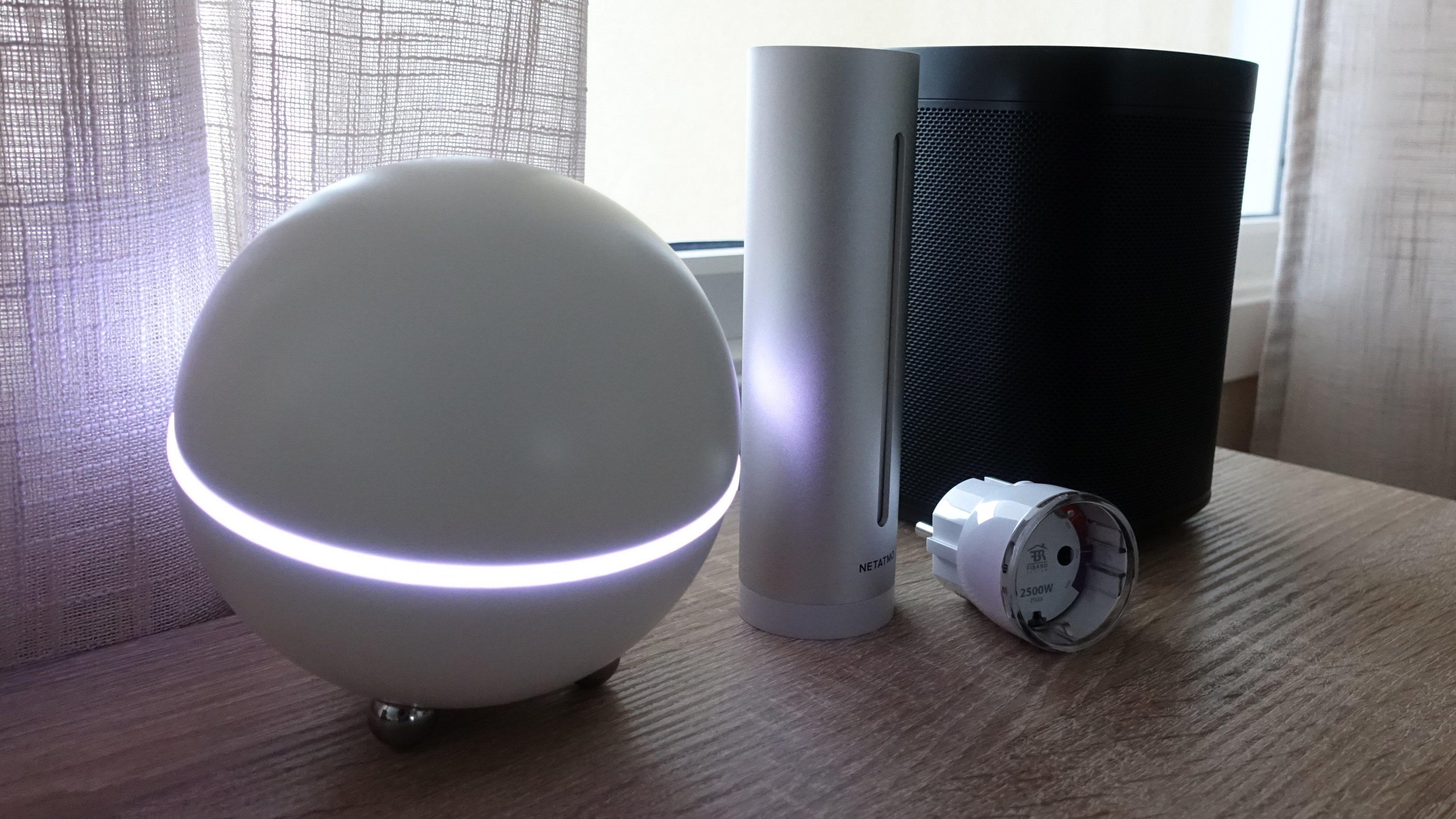 Homey og tre enheter den fungerer fint med: Netatmo værstasjon, en smart strømplugg fra Fibaro og Sonos One.