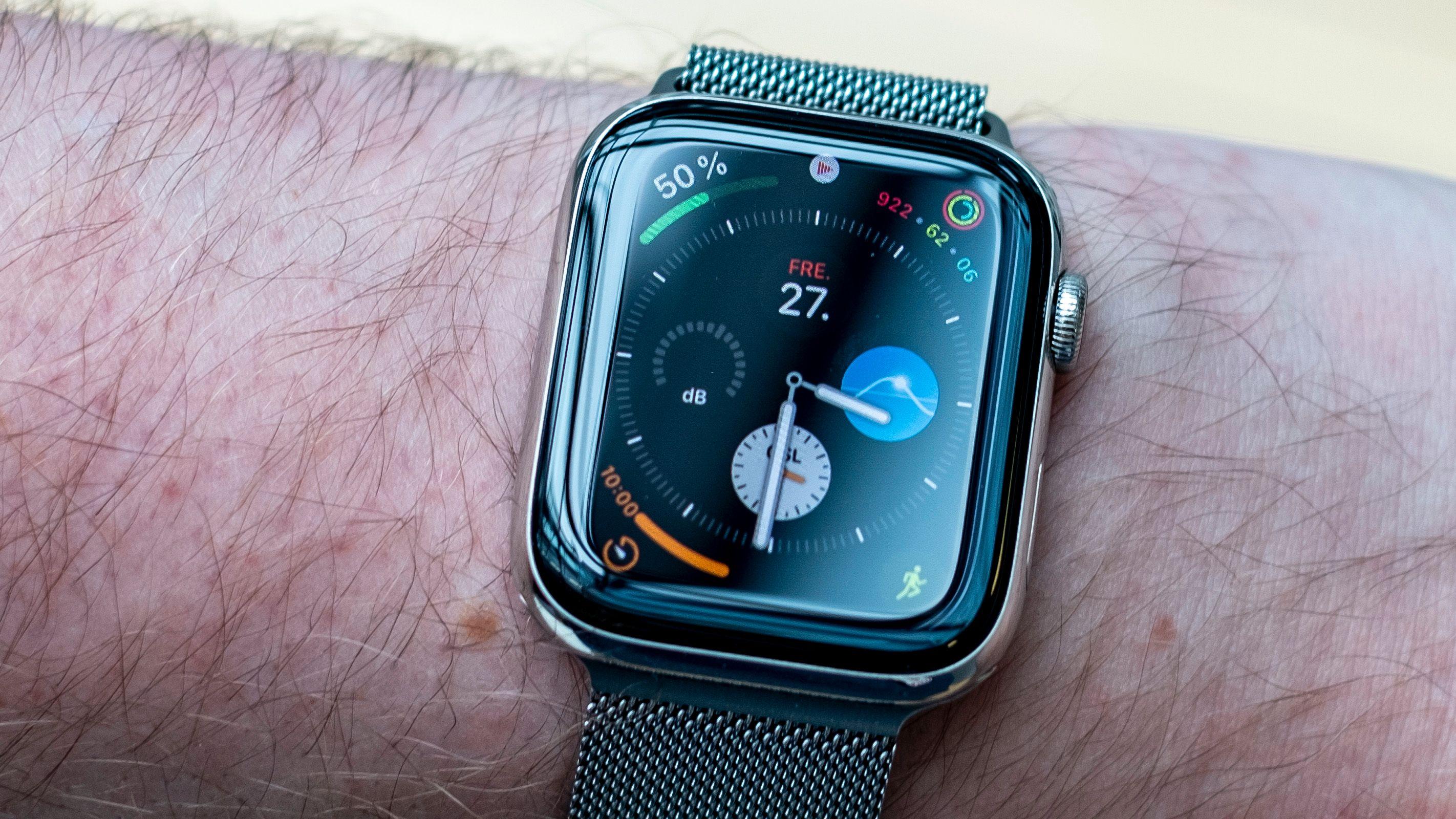 Når du senker armen igjen går det en liten stund, så skrur klokken av de lyse og mest fargerike elementene på skjermen. Sekundviseren forsvinner også.
