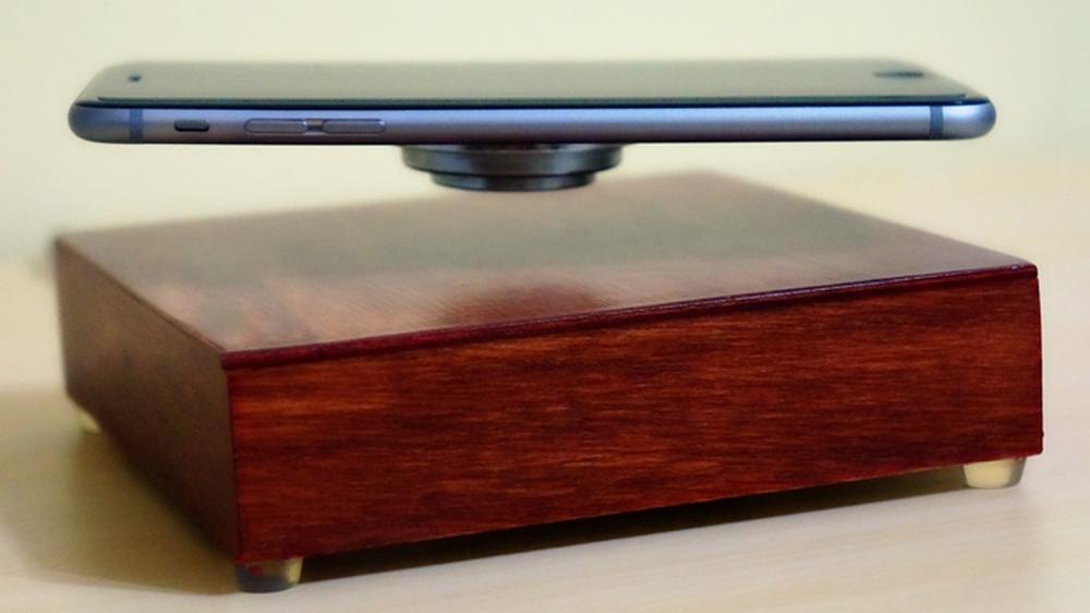 Denne lader mobilen din mens den svever i løse luften