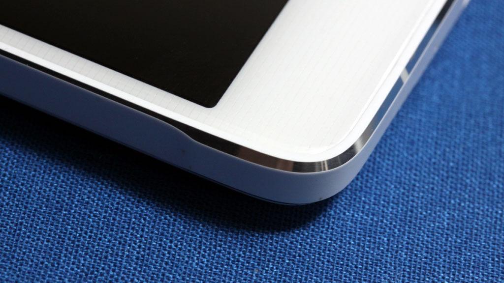 Utformingen av hjørnet er spesiell. Du finner den samme detaljen på Samsung Galaxy Alpha..Foto: Espen Irwing Swang, Amobil.no
