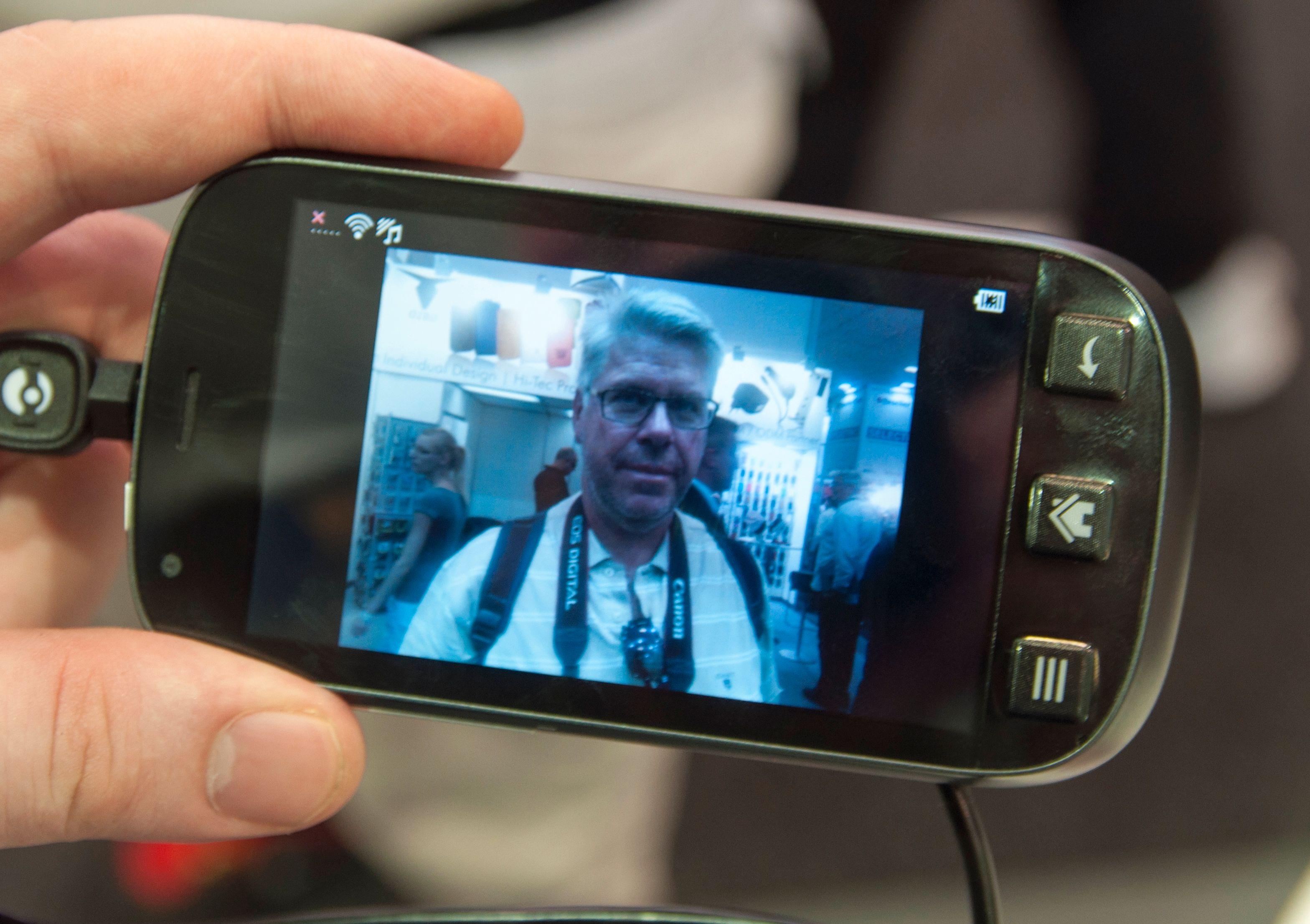 Telefonen har et kamera som tar bilder i fem megapikslers oppløsning. Alle bildene vi tok fikk et kraftig blåskjær. Vi vet ikke om det skyldes kameraet eller lyset i hallen.Foto: Finn Jarle Kvalheim, Amobil.no
