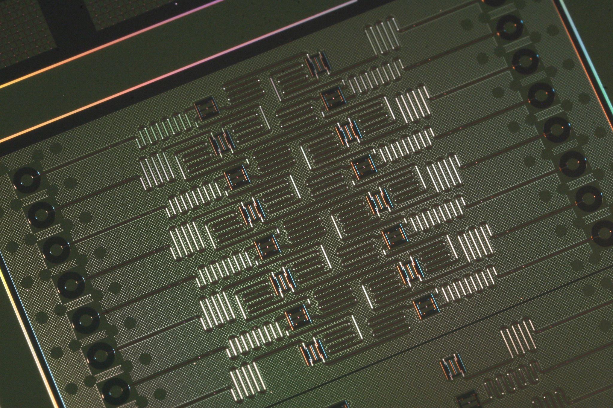Dette er den nye 16-qubits kvanteprosessoren til IBM.
