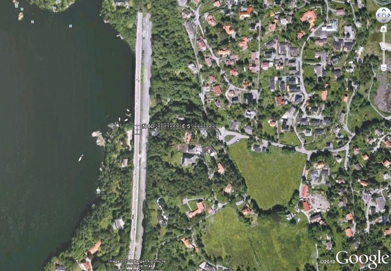 Mange av de oppgitte og ganske spesifikke koordinatene referer til veier med hus i nærheten. Alt fra motorveger til stikkveier er med, spredd fra Ålesund og sørover i landet.