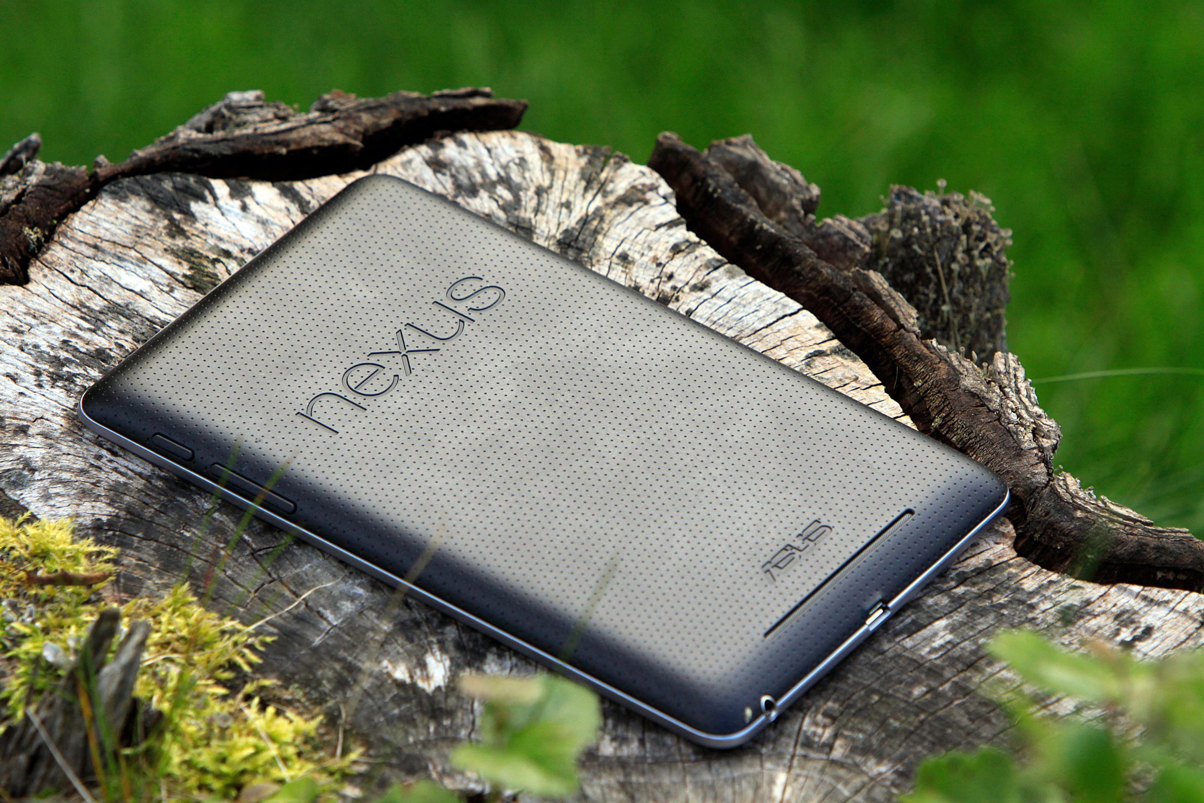 Baksiden av Nexus 7 er laget i et gummiaktig plastmateriale. .Foto: Kurt Lekanger, Amobil.no