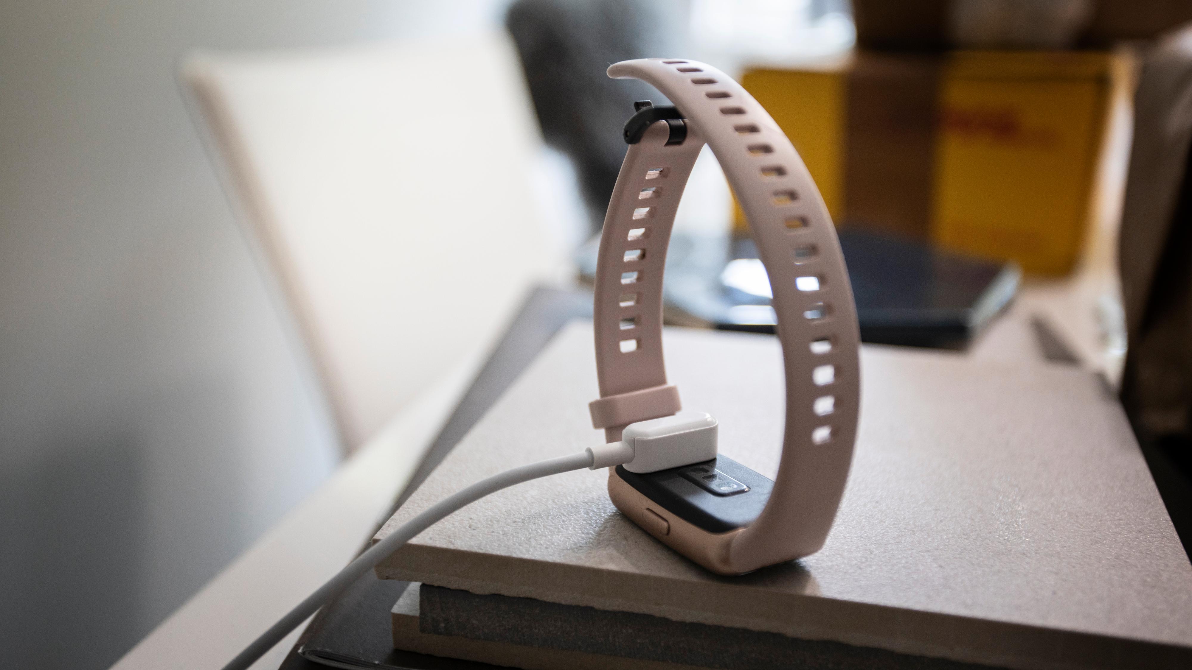 Lading gjøres med denne kabelen, som festes magnetisk til klokka.