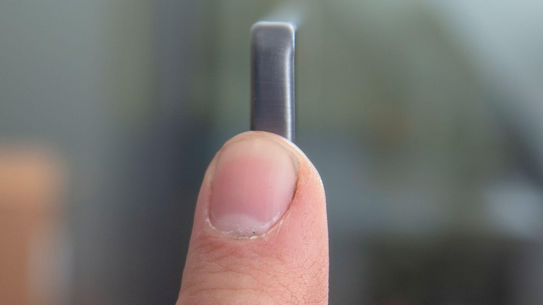 OLED-teknologien gjør skjermen langt tynnere enn finger i ytterkantene.